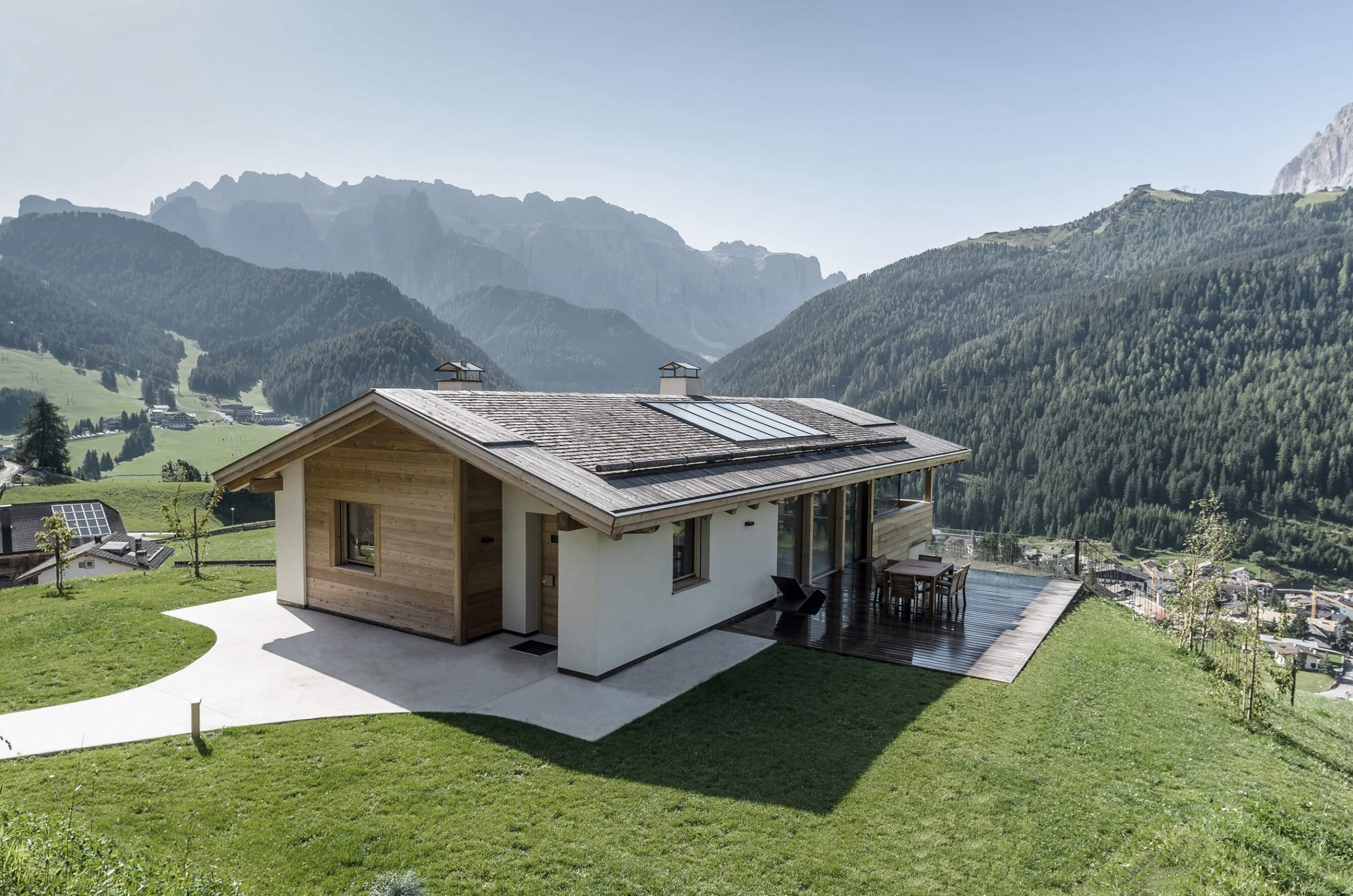 Rodinný dům na jedinečné adrese, s výhledem na hory. Výjimečná stavba na výjimečném místě, plná voňavého dřeva a stvořena pro dokonalé pohodlí. Milovníci přírody, masivního dřeva a zároveň obdivovatelé moderní, ale praktické architektury, si zde určitě přijdou na své.