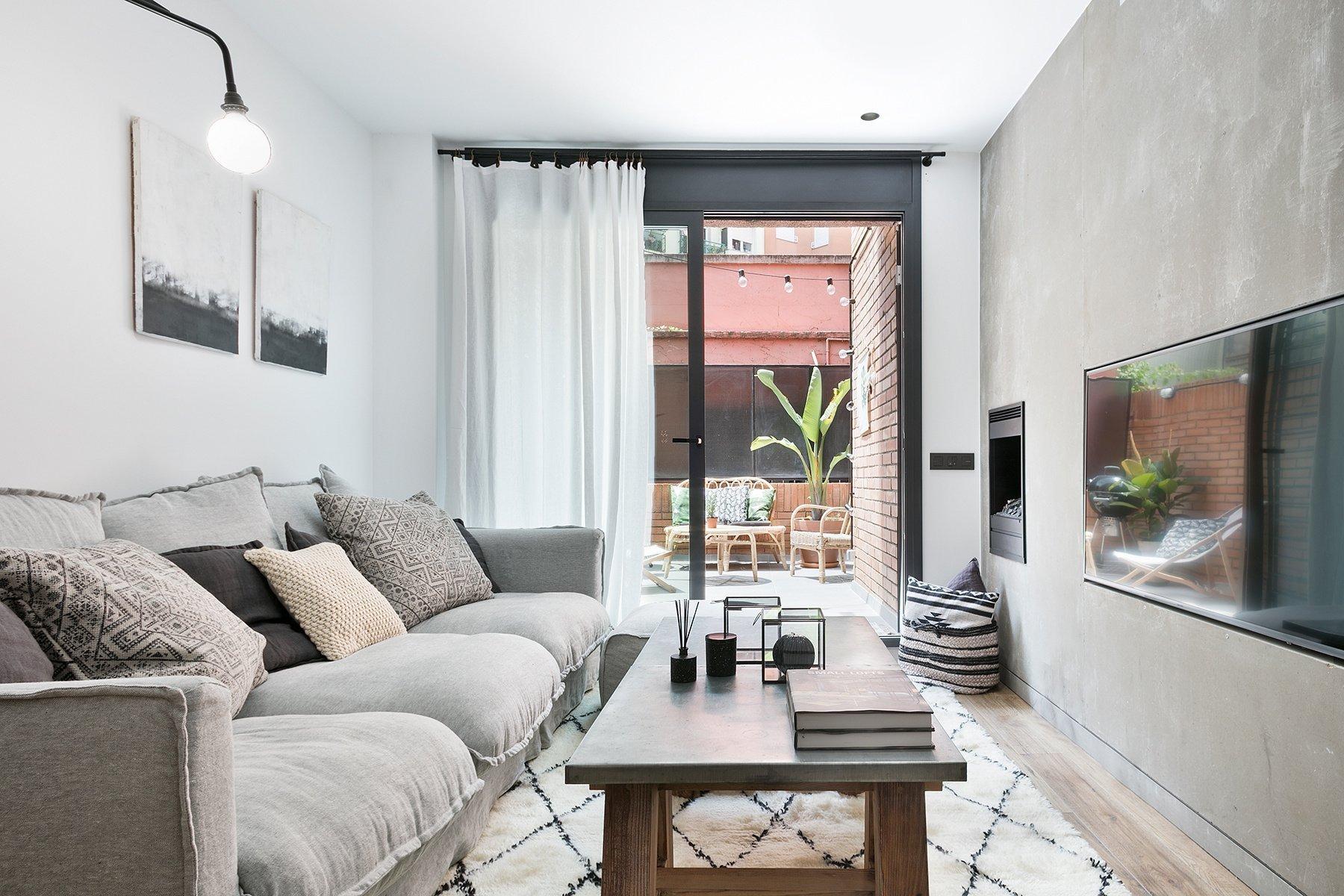 Tento byt se nachází v na první pohled zchátralé kancelářské budově v Barceloně, ve Španělsku. Byl kompletně zrekonstruován designérskou společností Dröm Living a stal se příjemným místem k bydlení. Interiéru vévodí jednoduchý a čistý design s industriálními prvky.