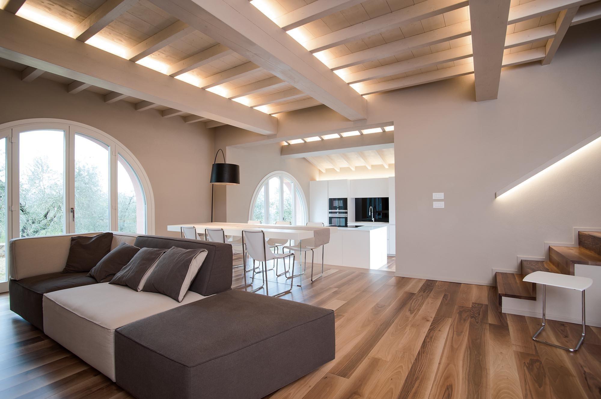 K tomu, abychom si mohli zařídit útulné a hezké bydlení, nepotřebujeme přehnaně moc detailů. Dobře nám může posloužit i strop, který bude sám o sobě působit jako dekorace. Své o tom ví i designérka Rachele Biancalani, která navrhla bydlení v tomto duchu pro mladou rodinu.