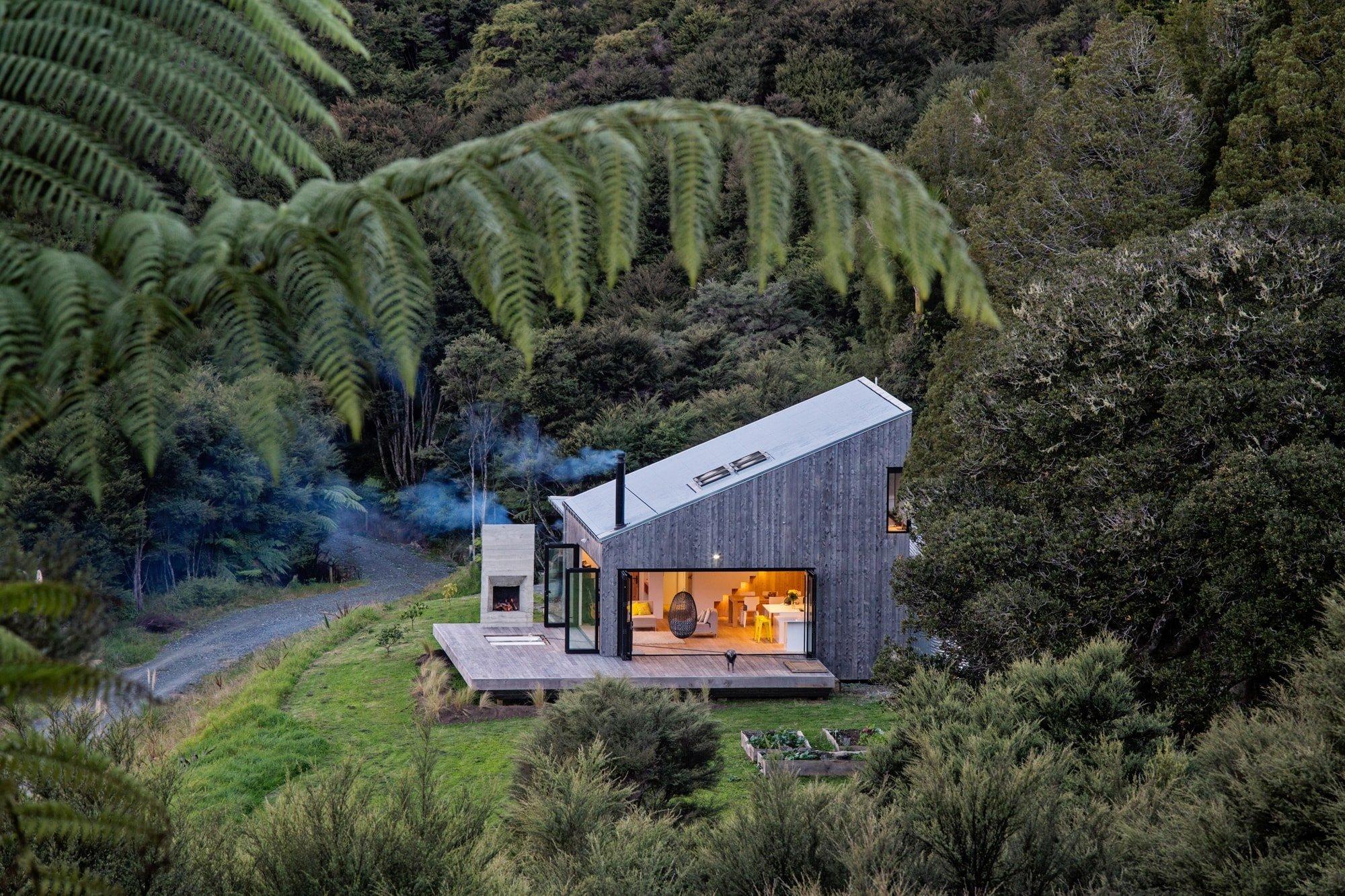 David Maurice navrhl prázdninový domov pro svou rodinu. Na první pohled malý dům stojí v Puhiu, na venkově, na Novém Zélandu. Je postaven v mírném svahu a je obklopen divokou přírodou, zalesněnými kopci a dává rodině možnost uniknout každodennímu městskému životu.