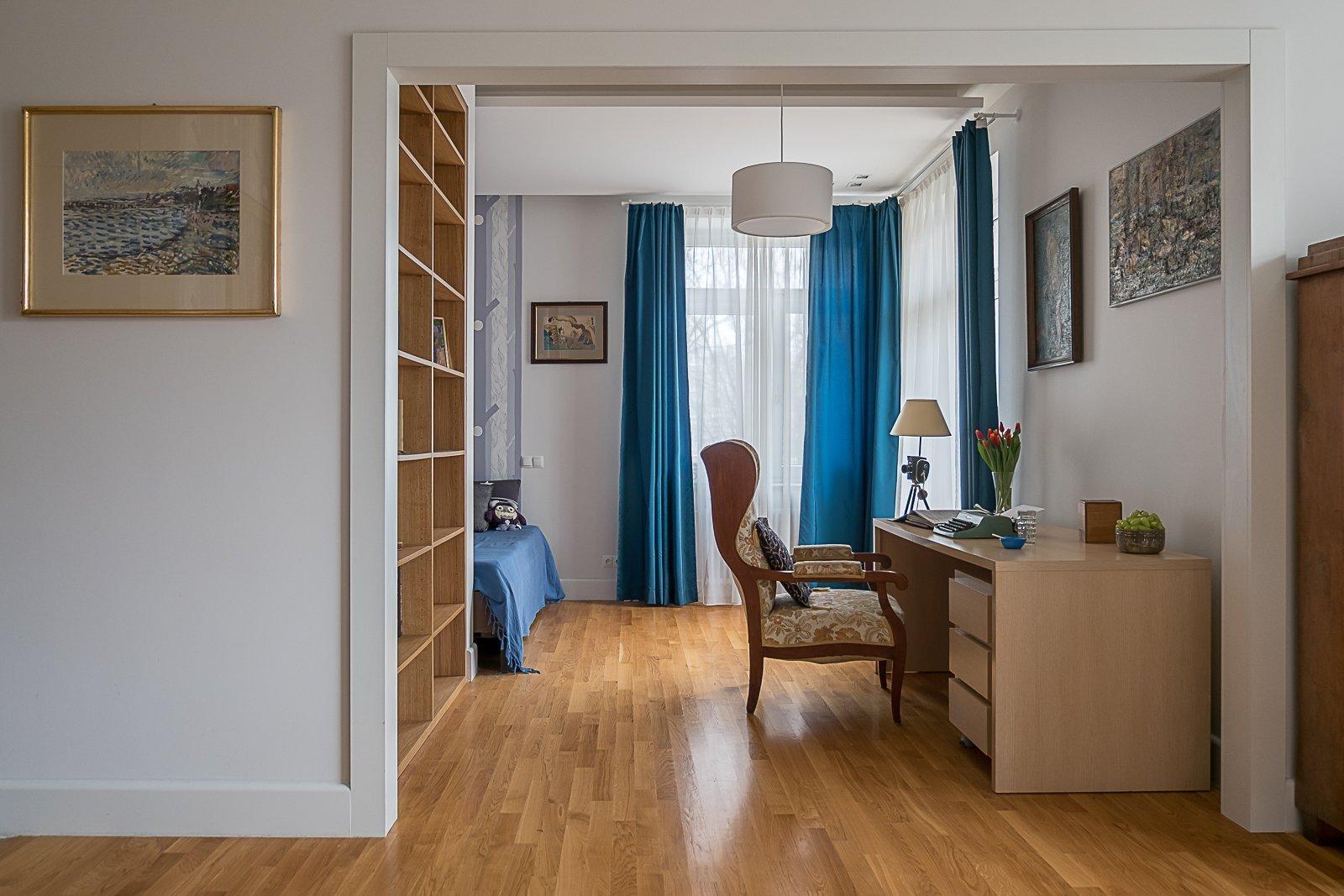 Interiér, na který se dnes podíváme, je inspirován kdysi velmi moderním činžovním domem, na kterém se za dobu jeho existence stihnul podepsat čas.  Přesto se architektovi podařilo v tomto, teď už starším bytě vytvořit krásný interiér, kde se navzájem propojují moderní prvky s těmi staršími.