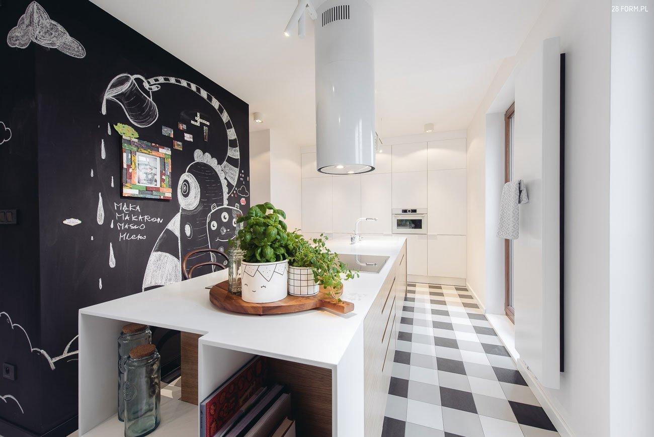 Kolik kreativity a úsměvu můžete vytvořit v bytě o velikosti 100 m²? Opravdu hodně! Zvláště pokud je prostor určen pro ty, kteří mají rádi tvoření, nebo jsou hrdými rodiči dětí, které (jak všichni víme) mají často touhu kreslit na stěny. Tento byt má totiž místo jedné ze stěn tabuli, na které se vyřádí každý.