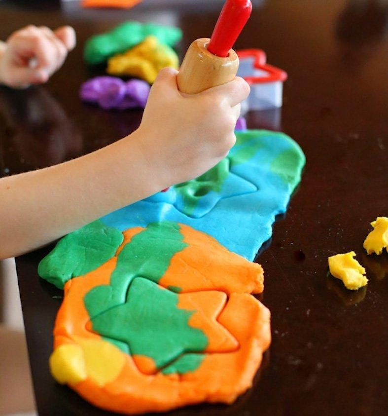 Jak všichni víme, malé děti mají rády hry s modelínou. Mohou z ní tvořit vše, na co je jejich bohatá fantazie navede. Bohužel, malé děti mají často chuť objevovat nové věci, řekněme i po chuťové stránce. V tomto případě je dobrou volbou tato po domácku vyrobená modelína, která je nejen levná, ale také jedlá. A co víc! Vydrží vám půl roku.