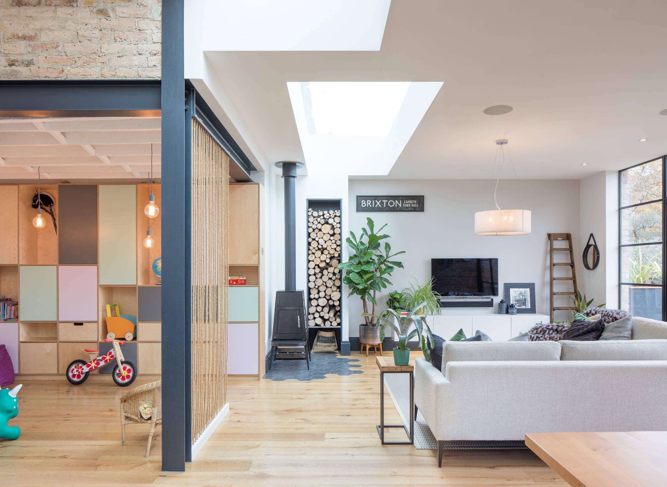 Barevný, prostorný, ale i vhodný pro bydlení s dětmi. Přesně takto by se dal charakterizovat tento rodinný dům, který nám nabízí nejen velký prostor k životu, ale také kombinaci materiálů, které dohromady tvoří jeden úžasný celek. Architekti si navíc bravurně pohráli s dispozičním řešením domu, takže své soukromí si zde najde každý.