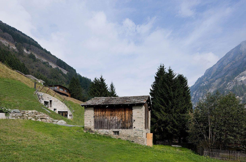 Dům postavený pod zemí, ale přesto luxusní? Ano, i to je možné. Pojďte se s námi podívat do této vily ve Švýcarsku, která je pravou ukázkou toho, jak vytvořit bydlení na úrovni bez toho, aby se muselo zasahovat do okolního prostředí. Jistě budete mile překvapeni, jak se tato realizace vydařila.
