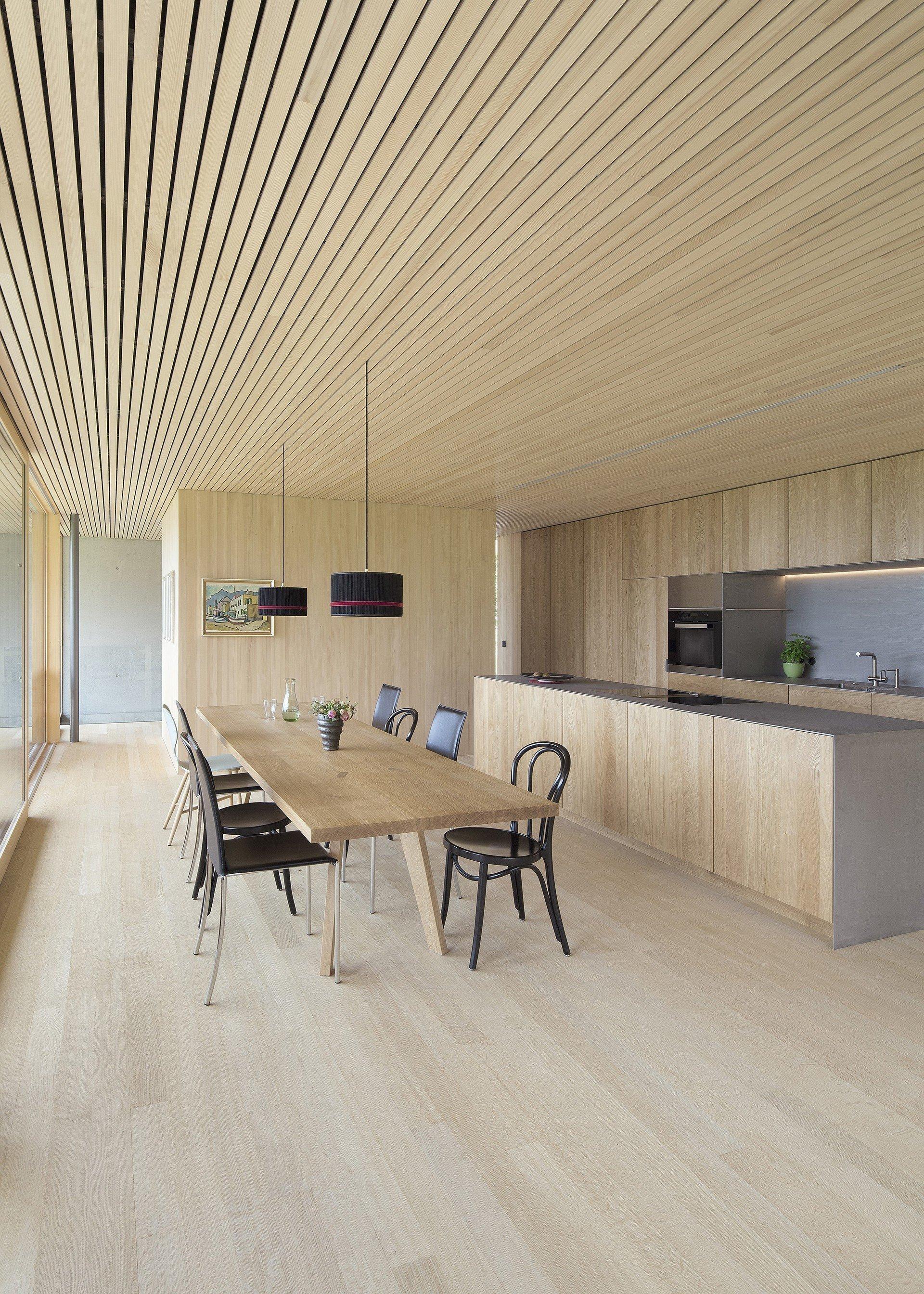 Dřevo je materiál, který pro stavbu a úpravy svých obydlí používali již naši dávní předci v hlubinách pravěku a ke kterému se rádi stále obracíme i my. Ceníme si ho pro jeho krásu, schopnost zateplit interiér i pro jeho univerzálnost. Dřevo přináší do našich interiérů kus přírody a může přitom plnit roli nosného prvku stejně jako prvku funkčního nebo estetického. Pro dřevostavby je navíc dřevo tím nejpřirozenějším materiálem a bez dřeva v interiéru by nebyly kompletní.