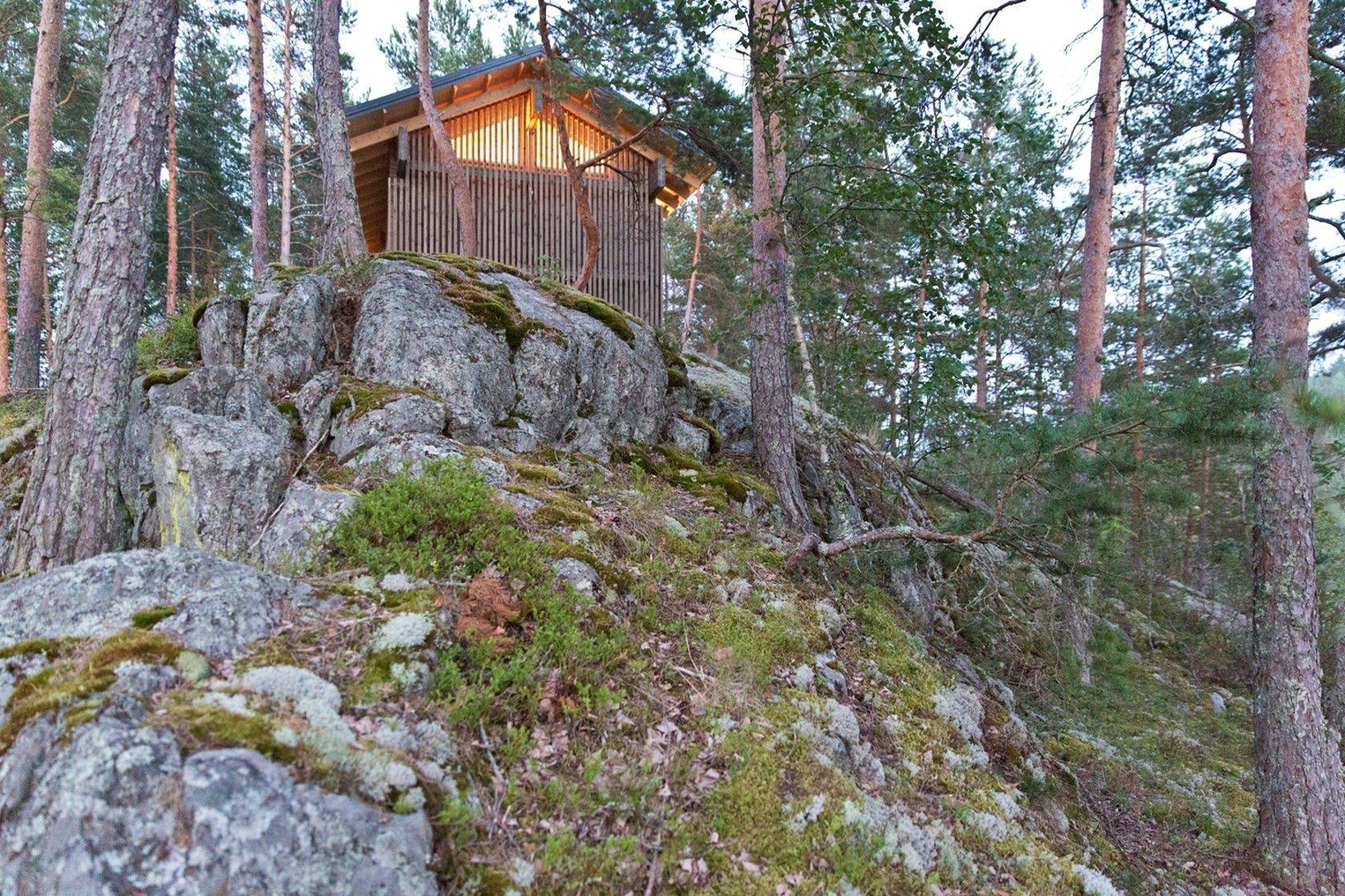 Chata na skále s výhledem na jezero