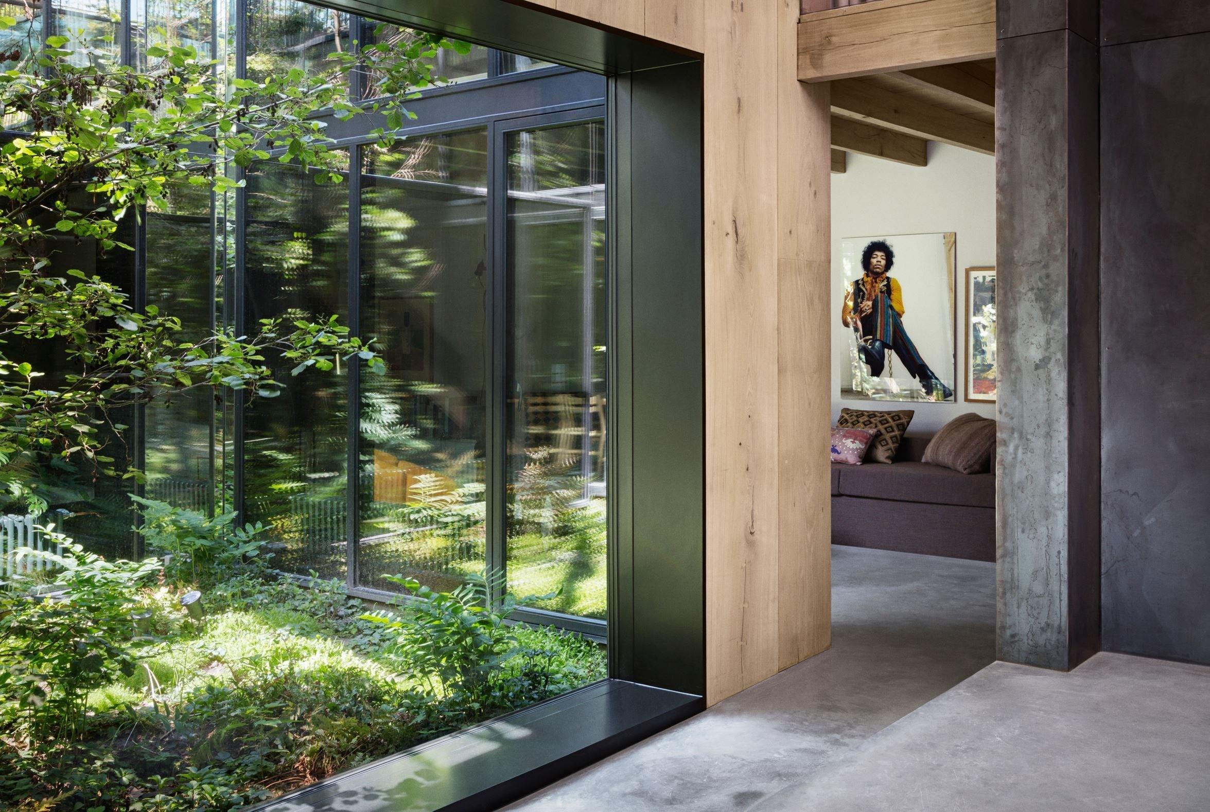 Dům inspirovaný starými továrnami a zelení skandinávských lesů. Přesně tak vypadá obydlí známého fotografa Petera Krasilnikoffa, který vyslovil přání o spojení svého původního studia s nově postaveným domem. Toto luxusní obydlí v Kodani se rozkládá na úctyhodných 500 metrech čtverečních a má co nabídnout. To můžete ostatně posoudit i vy sami.