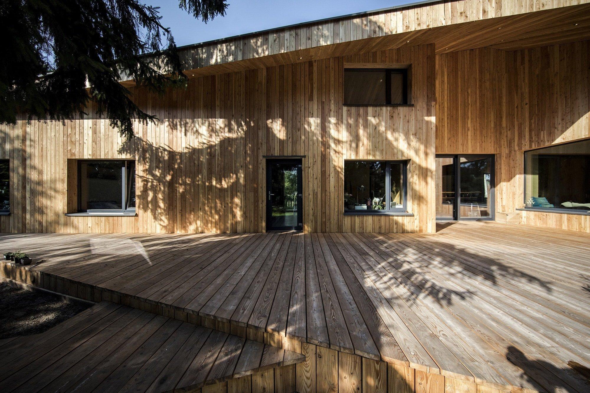Originální dům s dřevěnou fasádou