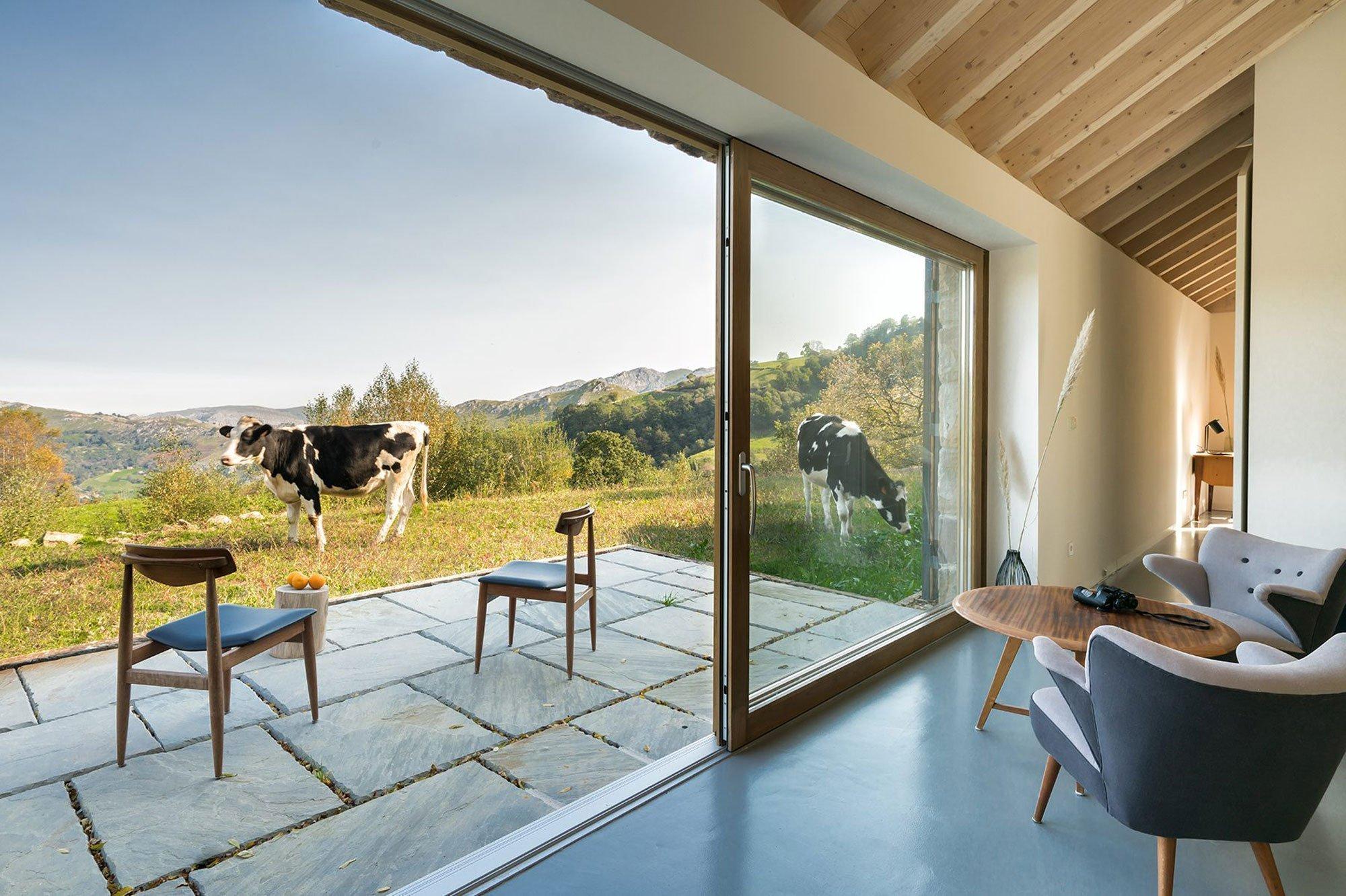Dnes se podíváme na víkendové bydlení, které nemá obdoby. Dům, ležící uprostřed hor, s překrásným výhledem do okolí a přírodě takřka na dosah. Velká okna, masivní dřevo, terasa s posezením a moderní interiér vytvořený pro pohodlný odpočinek. To vše je součástí tohoto víkendového domu.