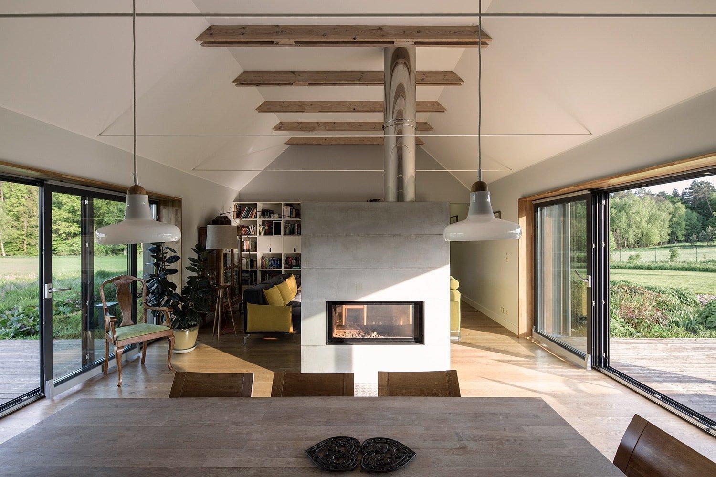 Krásně zelené lesy, velké travnaté plochy a čistý vzduch. Přesně takto si někteří z nás představují ideální místo pro svůj domov. Stejného názoru byli také majitelé domu a architekti ze studia GAB, kteří navrhli tento dům, jenž je označován jako RD Nova Gorka. Tato vskutku inspirativní stavba získala i cenu polských architektů v roce 2016. Čím nás tento dům může inspirovat?