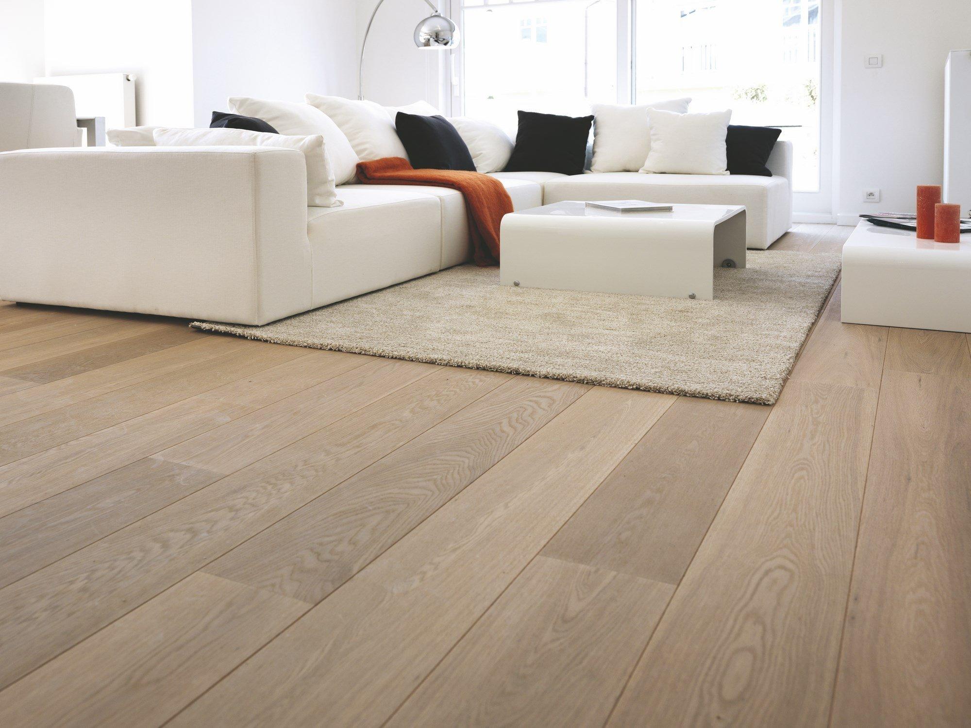 Různých typů podlahových krytin existuje celá řada, od laminátových, vinylových či korkových po PVC krytiny a mnohé další. Výsadní postavení mezi nimi si však stále drží podlahy dřevěné, které se v našich obydlích používají již stovky let. Ceníme si na nich přírodní přirozenosti, originálního vzhledu i toho, jak příjemně teplé jsou při kontaktu s bosou nohou. Je však třeba mít se na pozoru, i mezi dřevěnými podlahami existují rozdíly. Tou pravou královnou je jen jedna – podlaha z masivního dřeva.