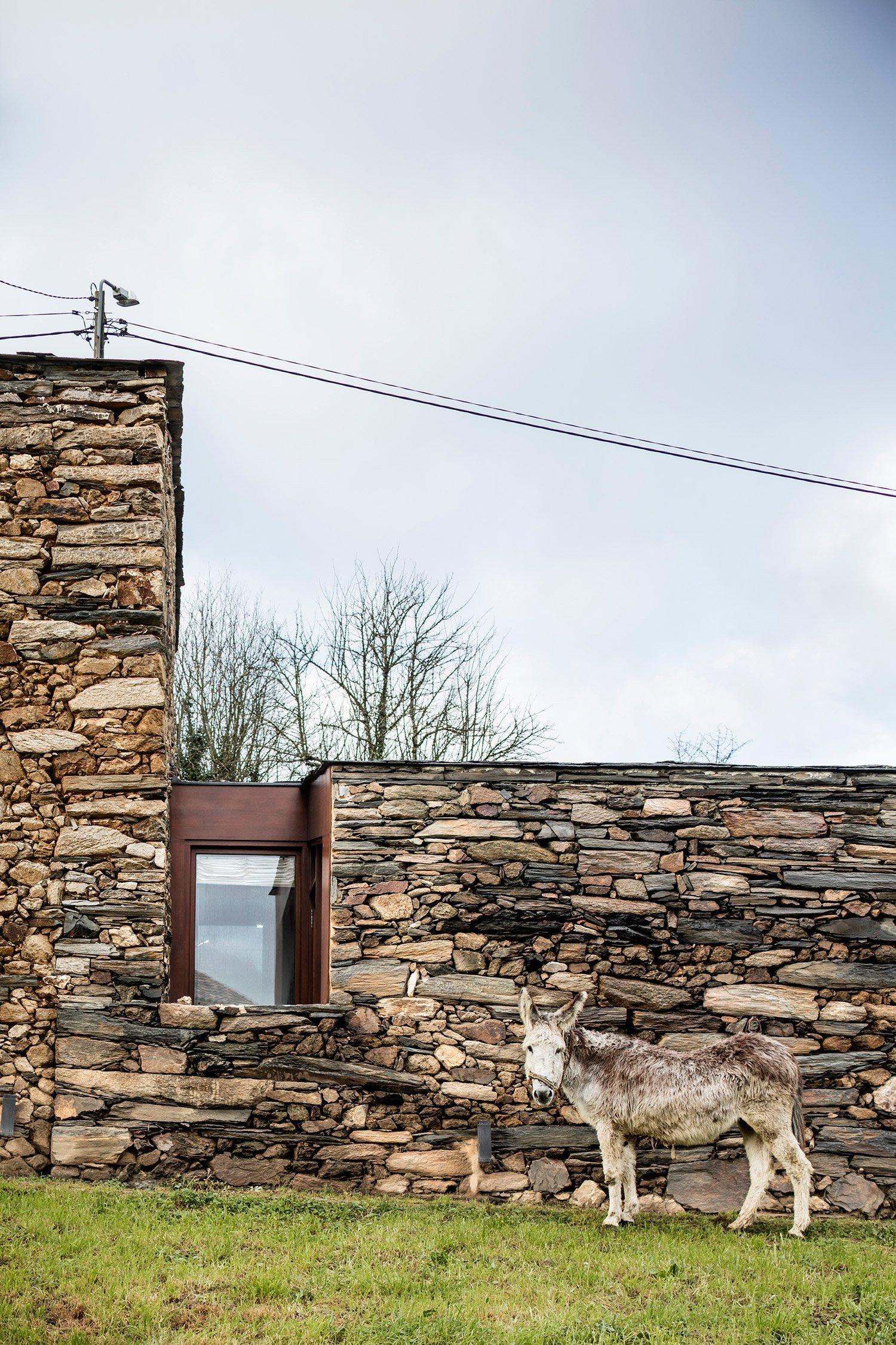 V okolí se pasou ovce a několik staletí staré kamenné zdi šeptají starodávné příběhy předešlých generací. Když ale kráčíte podél zdi prudkým svahem, zjistíte, že se netisknete ke starému vinnému sklípku, ale k moderní stavbě, které dokonale ctí už zašlé časy a zároveň využívá všech moderních technologií a majitelům poskytuje dokonalé pohodlí.