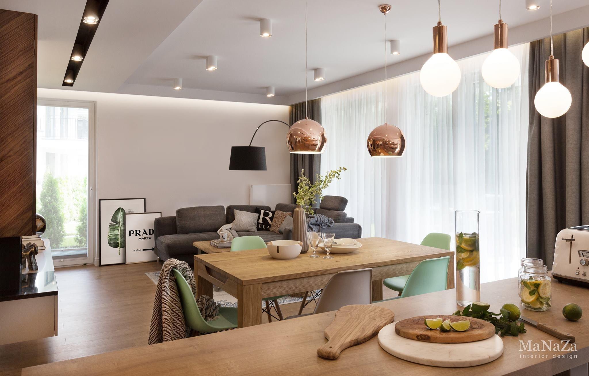 Bydlení, ve kterém se odráží moderní trendy poslední doby. Svěžími nápady se tento interiér jen hemží.  Přírodní tóny, masivní dřevo, zlatá růžová, oblíbená mint, moderní bílý lesk, nebo rustikální prvky. To vše se designéři nebáli zkombinovat a udělali dobře. Výsledek hovoří sám za sebe a tento byt nám může být inspirací.