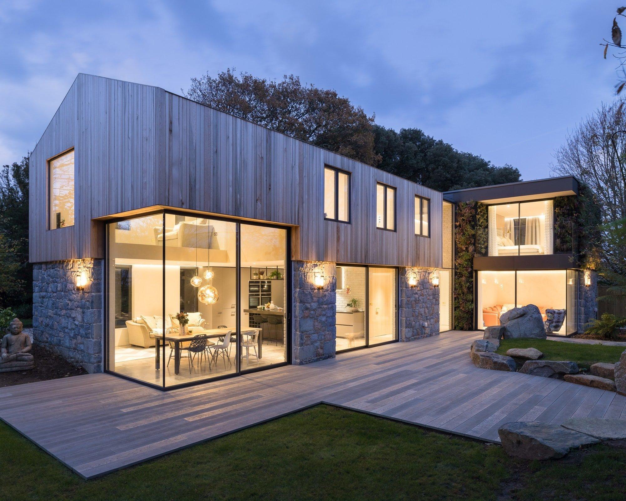 Energeticky úsporné bydlení, a navíc v souladu s přírodou! Dvě z několika hlavních kritérií při stavbě dnešních domů, kdy si každý z nás přeje to nejlepší a nejpříjemnější bydlení pro svůj život. Stejných parametrů se měli držet i architekti ze studia DLM Architects, kteří na ploše 300 metrů čtverečních vykouzlili bydlení snů. A jak se od nich můžeme inspirovat i my?