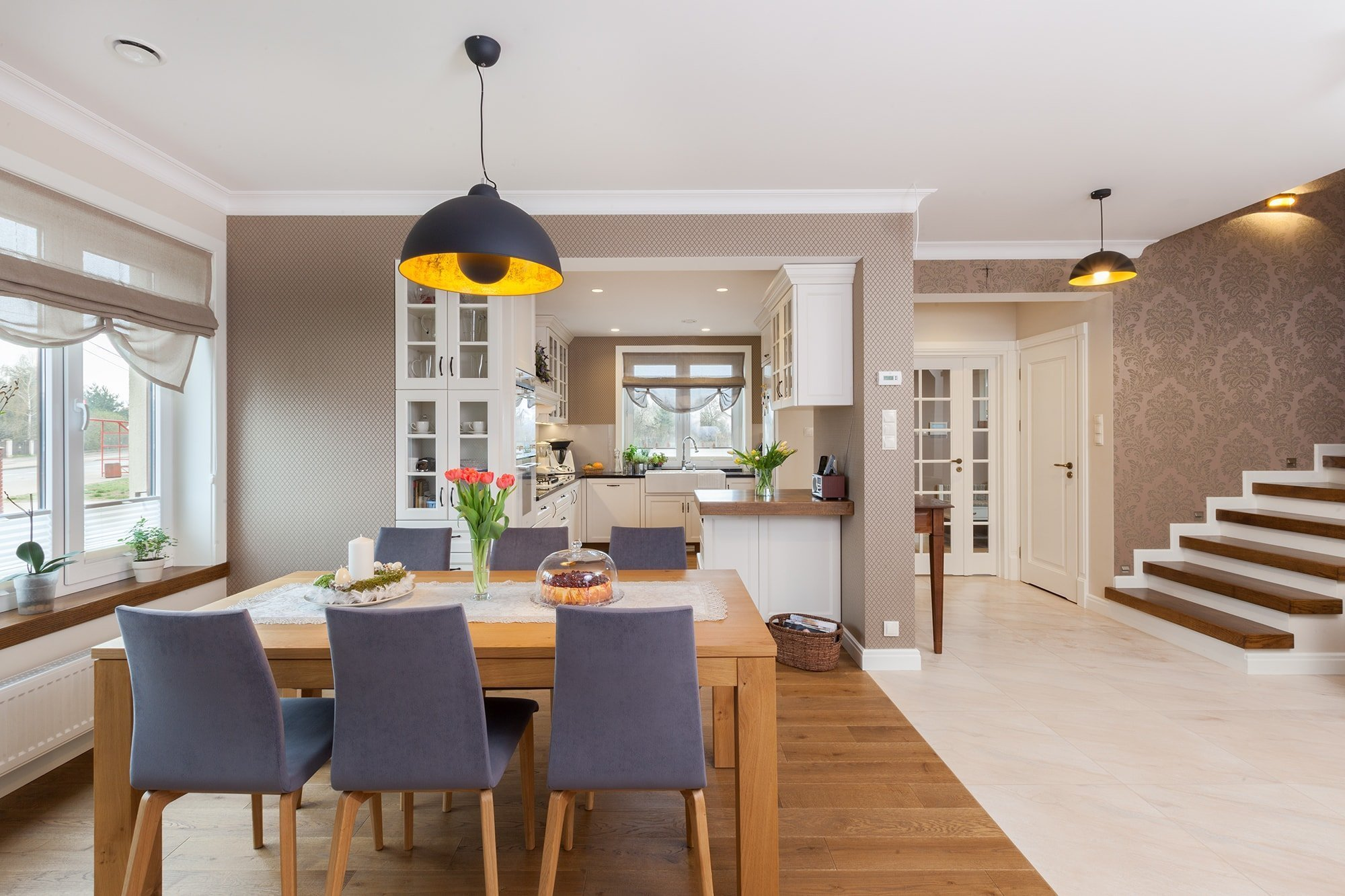 Jednoduchý, elegantní, ale také plně funkční a útulný. Přesně takto vypadá tento byt na předměstí Bialystoku, který dokazuje, že i klasicky zařízené bydlení, které neobsahuje žádné přehnaně designové prvky, může být krásné, ale také ideální pro život celé rodiny.