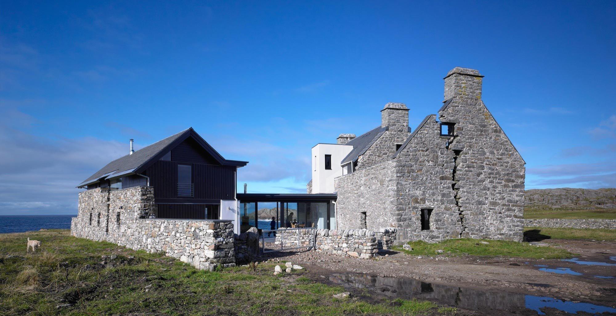 """Původní dům v Grishipolu na ostrově Hebridean Coll byl postaven v roce 1700 Macleanem Collem. Jednalo se o první vápencově postavený dům na ostrově. Díky tomu získal neformální název """"Bílý dům"""", jelikož se odlišoval od typických černých domů, které byly na ostrově považovány za běžné. Majitelé dům opustili v polovině 18. století, bylo to v době, kdy se tento dům, postavený na písku, začal rozpadat. Naštěstí se ho po mnoha letech ujali architekti, kteří z ruiny udělali dokonalé bydlení."""