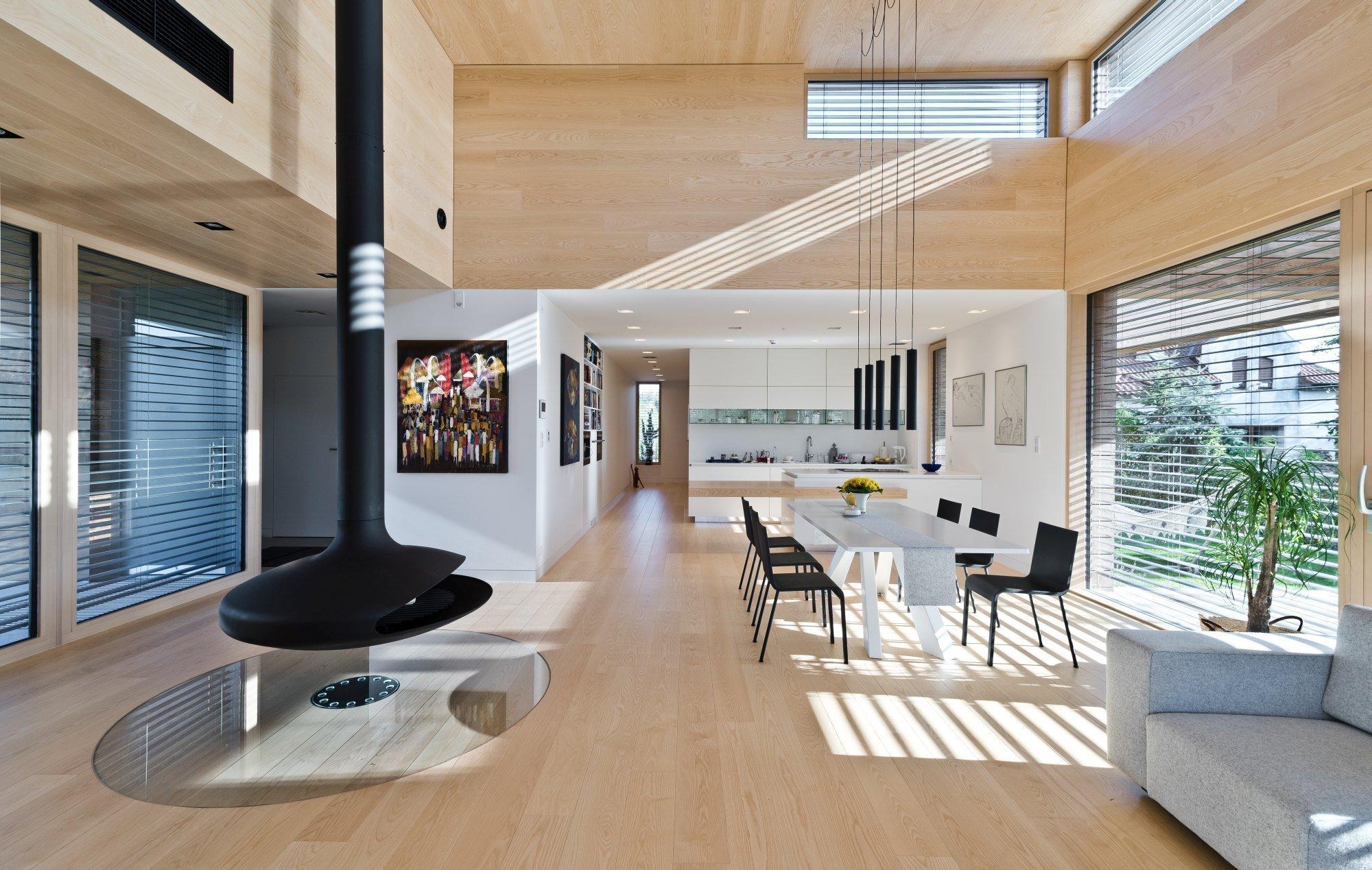Moderní stavby dnes mohou mít různé podoby. Co mají všechny společné, je důraz na funkčnost, praktickou stránku a moderní technologie. Klasické přírodní materiály jsou ale v současné architektuře a designu stále velmi populární. Nejen díky své ekologické udržitelnosti, ale také pro své výborné vlastnosti. Představíme si dnes dům, který je moderní a zároveň plný přírodních materiálů.