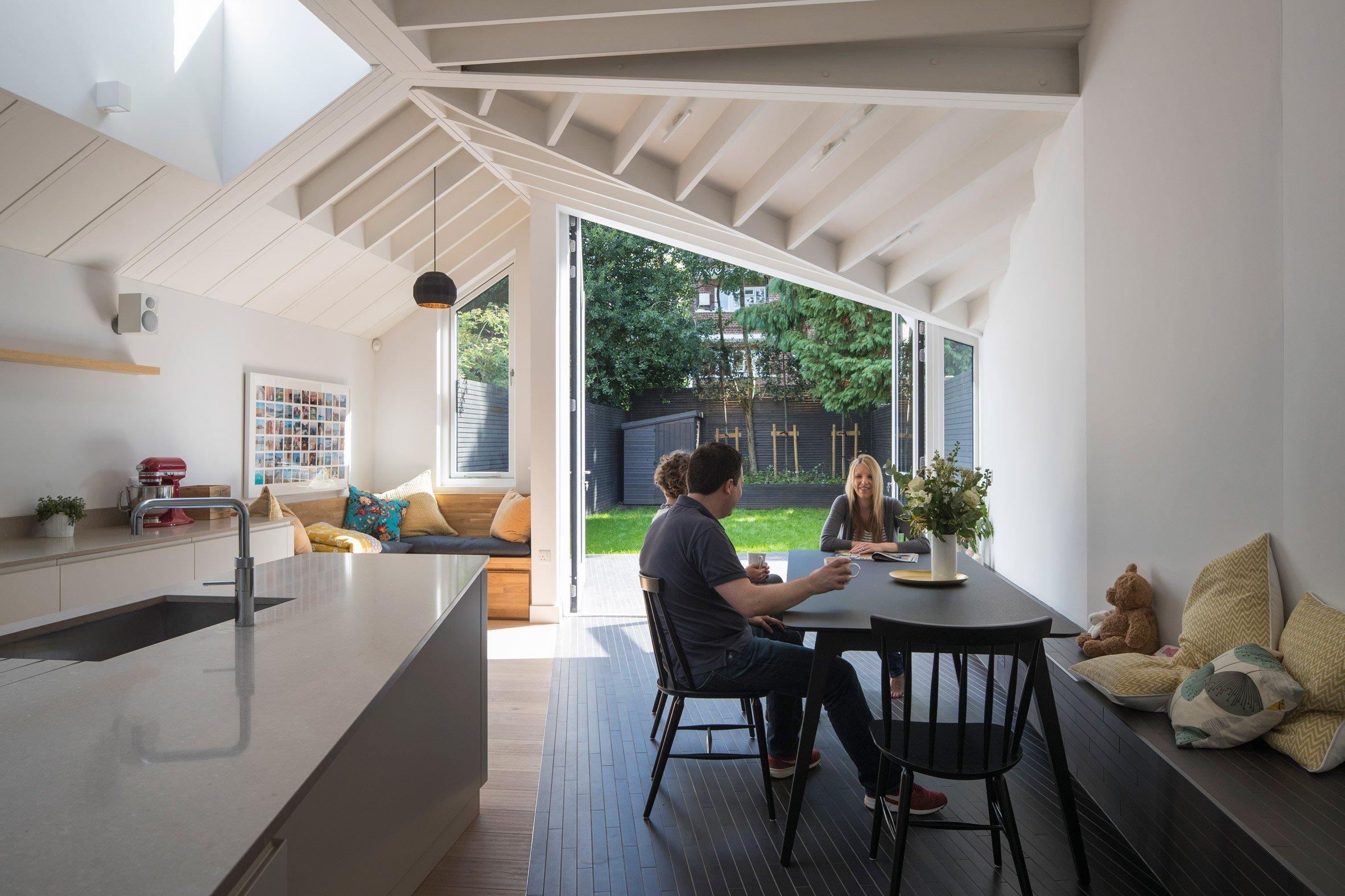Kdybychom se na tento dům stojící v Londýně podívali dříve, spatřili bychom typický dům edvardovského stylu, který představoval stísněné prostory, ke všemu neprakticky dispozičně rozložené. Nový majitelé se s tím, ale nechtěli smířit, proto požádali architektonické studio Mustard Architects, aby celou nemovitost nejen zrekonstruovali, ale také rozšířili a zajistili lepší napojení domu na zahradu. Jak se jim to povedlo?