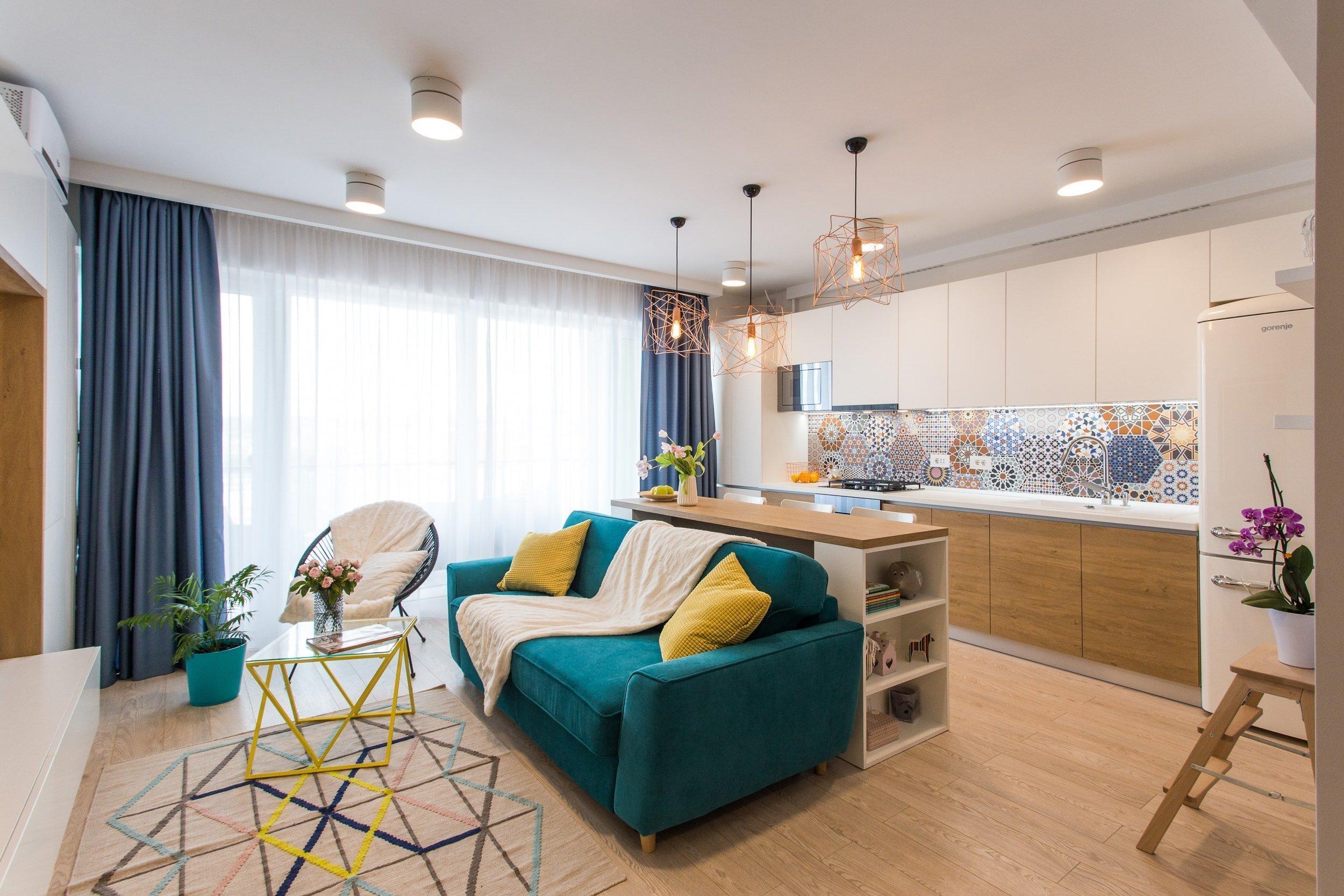 Menší světlý byt se spoustou úložného prostoru, praktický, ale zároveň hravý. Tak by se dalo popsat bydlení, které si dnes ukážeme. Inspirovat se můžeme svěžími nápady a neotřelými barevnými kombinacemi, kterými je byt protkán. Je ukázkou toho, že i na nevelkém prostoru se dá vytvořit krásné a pohodlné místo k žití.