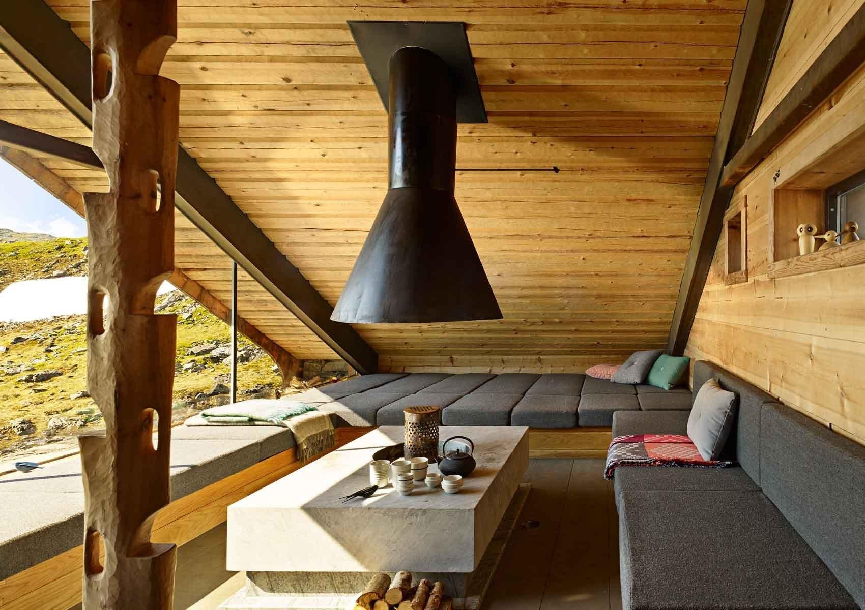 Pozoruhodná ručně postavená norská chatka, postavená na ještě pozoruhodnějším místě, na samotě, u samého konce fjordu. Střechu má porostlou trávou a postavena je ze dřeva a kamení. Z dáli byste ji skoro přehlédli, jak skromná je a zapadá do okolí. Chatka stojí poblíž fjordu Åkrafjorden v západní části Norska.