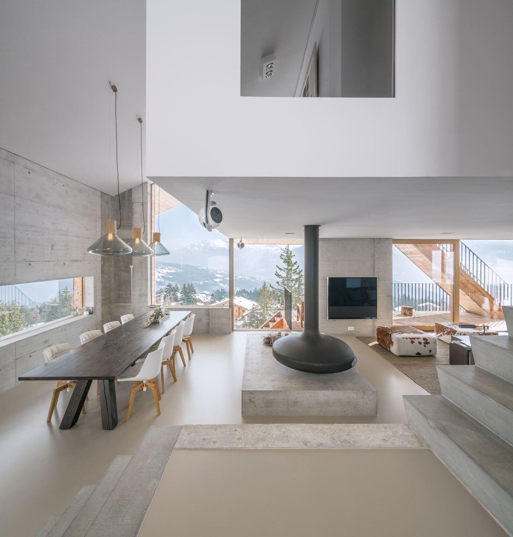 Asi nikoho nepřekvapí chata postavená ze dřeva. Tahle ale má něco navíc. Je v ní ještě krom přírodního dřeva i beton. Ten architekti použili na stěnách, schodech i jako pracovní desku v kuchyni. Výjimečná architektura celé stavby stojí za shlédnutí. Šikminy, otevřená dispozice i překrásné výhledy do okolí. To vše k této moderní chatě patří.