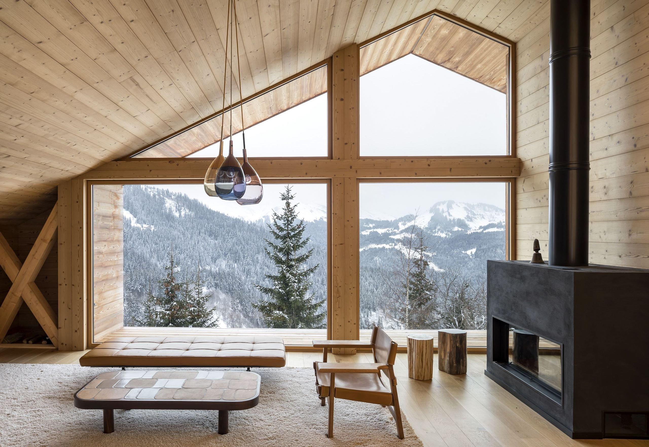 Výhled do nádherné krajiny na okolní lesy a kopce. Ten si mohou užívat majitelé domu, do kterého se dnes podíváme. Dům je postaven v lyžaři oblíbené destinaci Manigod na východě Francie. Zvenčí i zevnitř je obložen dřevem a dýchá poklidnou atmosférou.