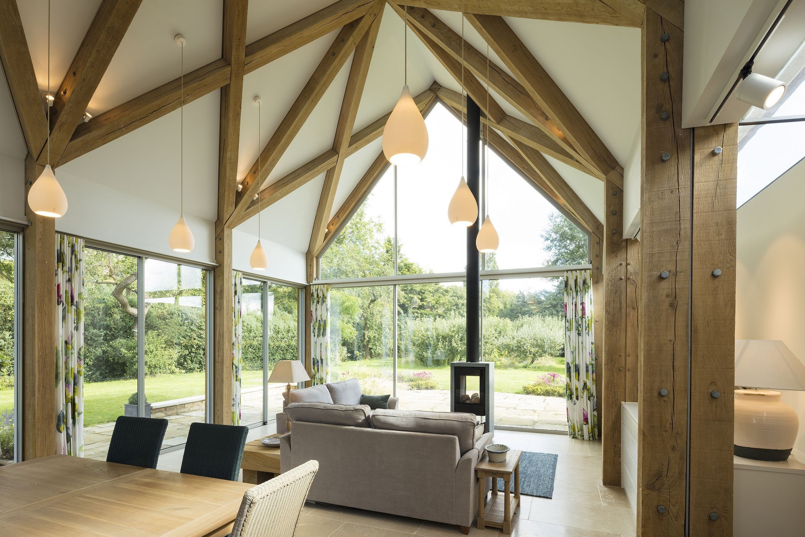 """Dům s názvem ,,Green Farm"""" stojí v hrabství Oxfordshire v jihovýchodní Anglii. Nová moderní stavba úspěšně kombinuje staré prvky s moderními a na první pohled zapadá do místní zástavby. Sedlová střecha, dřevěná konstrukce, galerie pro spaní a obrovské prosklené plochy. To vše je pro tento dům typické."""