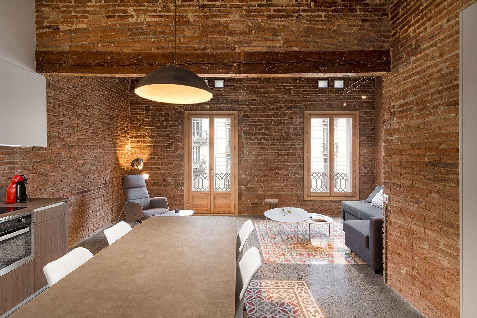 Byt z roku 1875, v temperamentní Barceloně, ukrýval úžasný poklad. Při rekonstrukci v 80. letech 20. století v něm proběhly neodborné stavební úpravy, při kterých byly zakryty nejen trámy na stropě, ale též překrásná katalánská ručně malovaná dlažba. Tu se podařilo šetrně očistit, zrenovovat a nyní zdobí nově přestavěné bydlení.