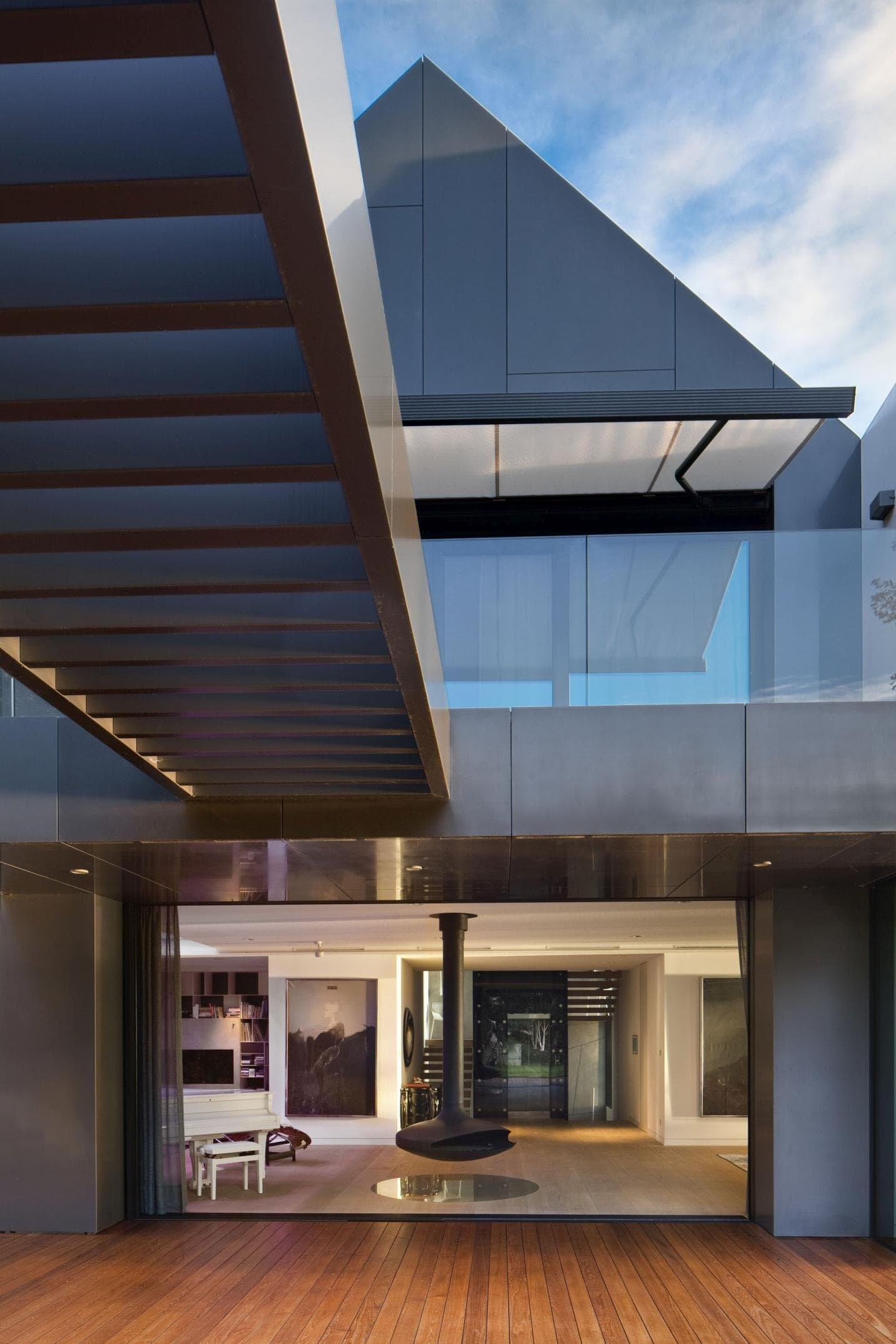 Mnoho architektů si láme hlavu nad tím, jak postavit takové bydlení, které ani po mnoha letech nevyjde z kurzu a stále bude moderní a nadčasové. To se podle nás povedlo architektům z architektonického studia Arch Deco, kteří na pozemku o velikosti 1253 metrů čtverečních postavili vilu, na kterou je radost pohledět.