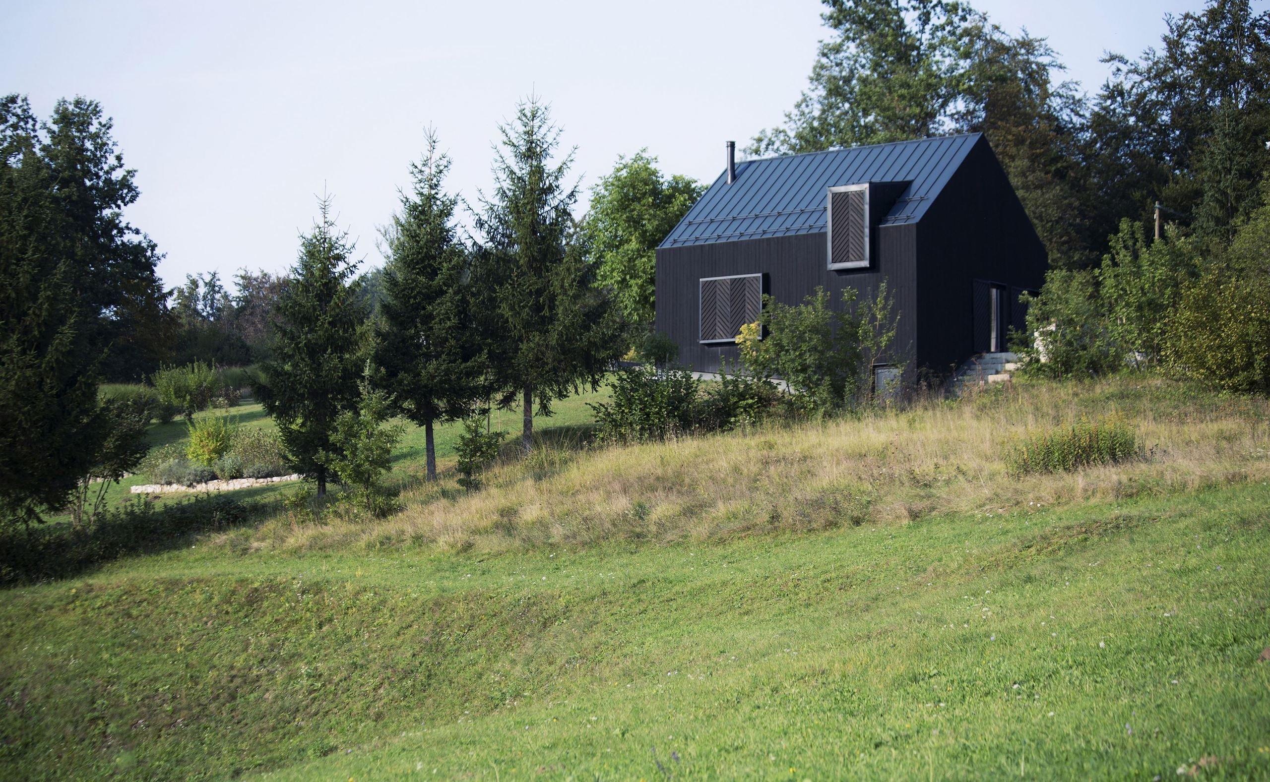 Černý dům na kopci