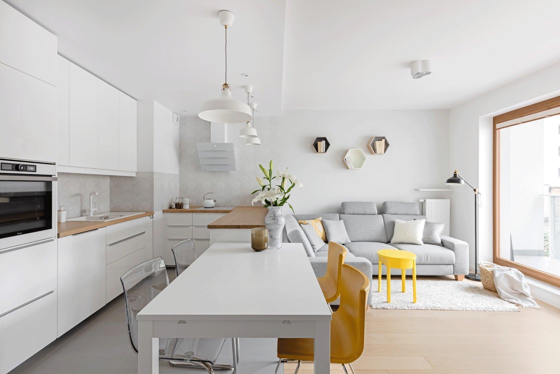 Představujeme vám bydlení pro čtyřčlennou rodinu. Přáním majitelů bylo vytvořit místo, které je především funkční, s dostatkem úložného prostoru a s kuchyní uzpůsobenou pro pohodlné vaření. Majitelé si přáli moderní vzhled bytu ve světlých barvách, s teplými tóny dřeva a útulnou atmosférou, ve skandinávském stylu.