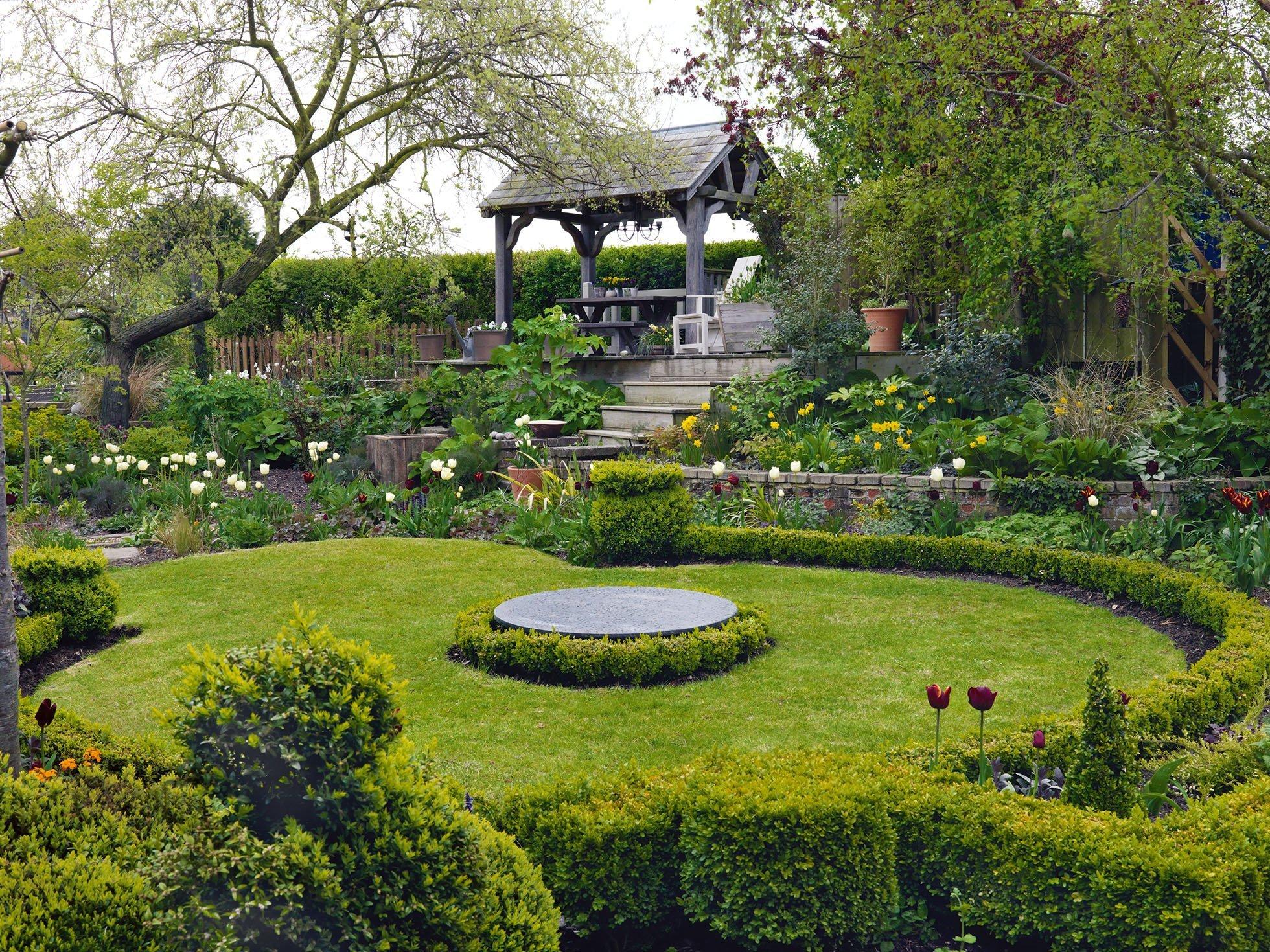 Zahradu před pohledy nezvaných hostů chrání pro Anglii tak typický živý plot. Při jeho úpravách je ale třeba zvolit vhodnou výšku, aby zbytečně neubíral ostatním rostlinám světlo.
