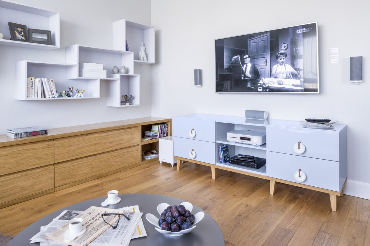 Malá oáza v rušném velkoměstě. Tak bychom mohli označit bydlení, které si dnes představíme. Ve čtvrti Saska Kępa, v polské Varšavě, vznikl interiér inspirovaný severským designem. Popelavě šedé tóny se prolínají s modrými akcenty a hřejivým dřevem dubu.