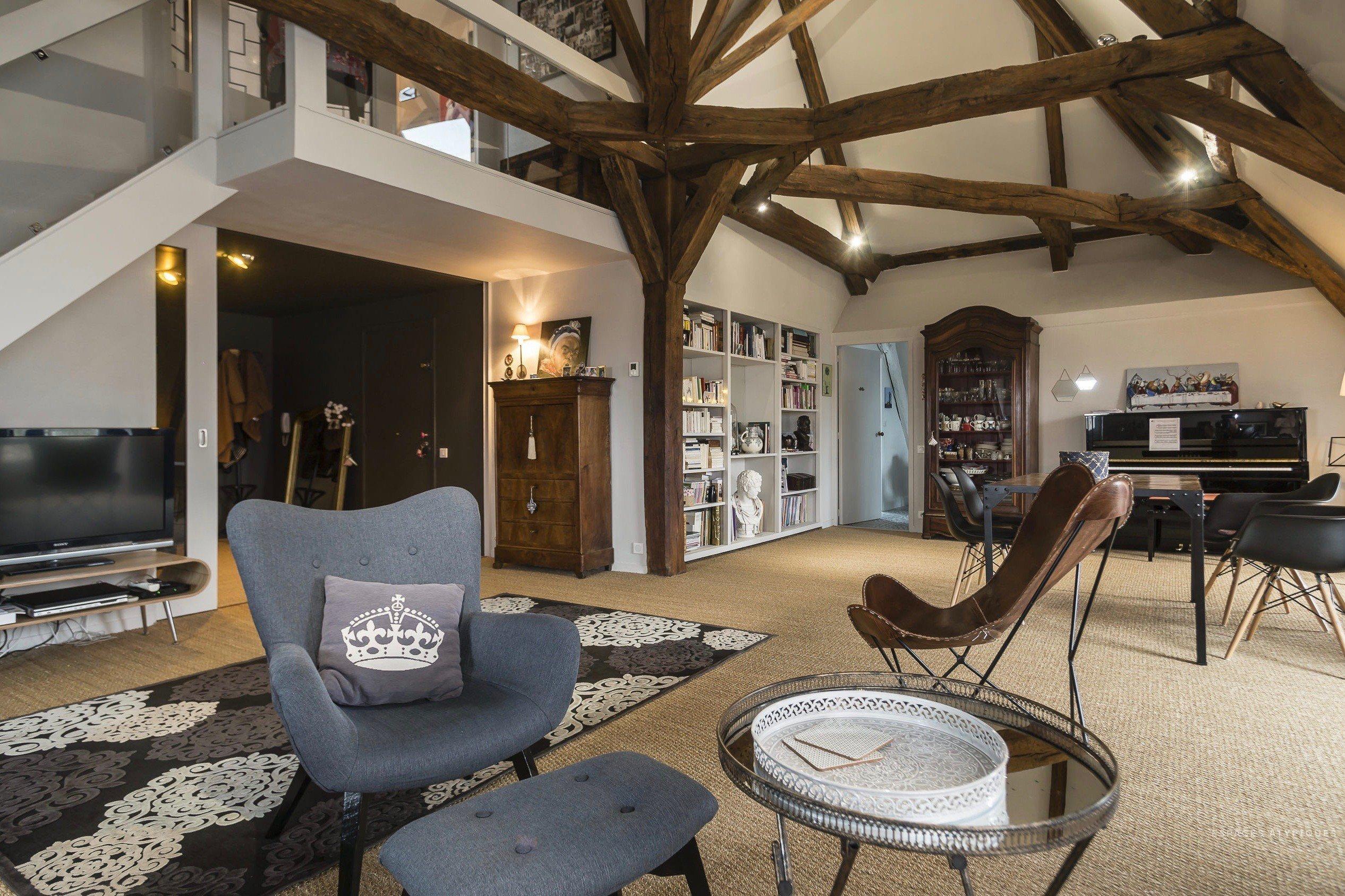 Loftové bydlení je dnes stále populárnější. Vzniká přebudováním půdních prostor a starých průmyslových budov v moderní byty. Využívá vysokých stropů, industriálních prvků a dává na odiv svou jedinečnost. Loft, do kterého dnes nahlédneme se nachází ve Francii a jeho rozloha činí až 174 m2.