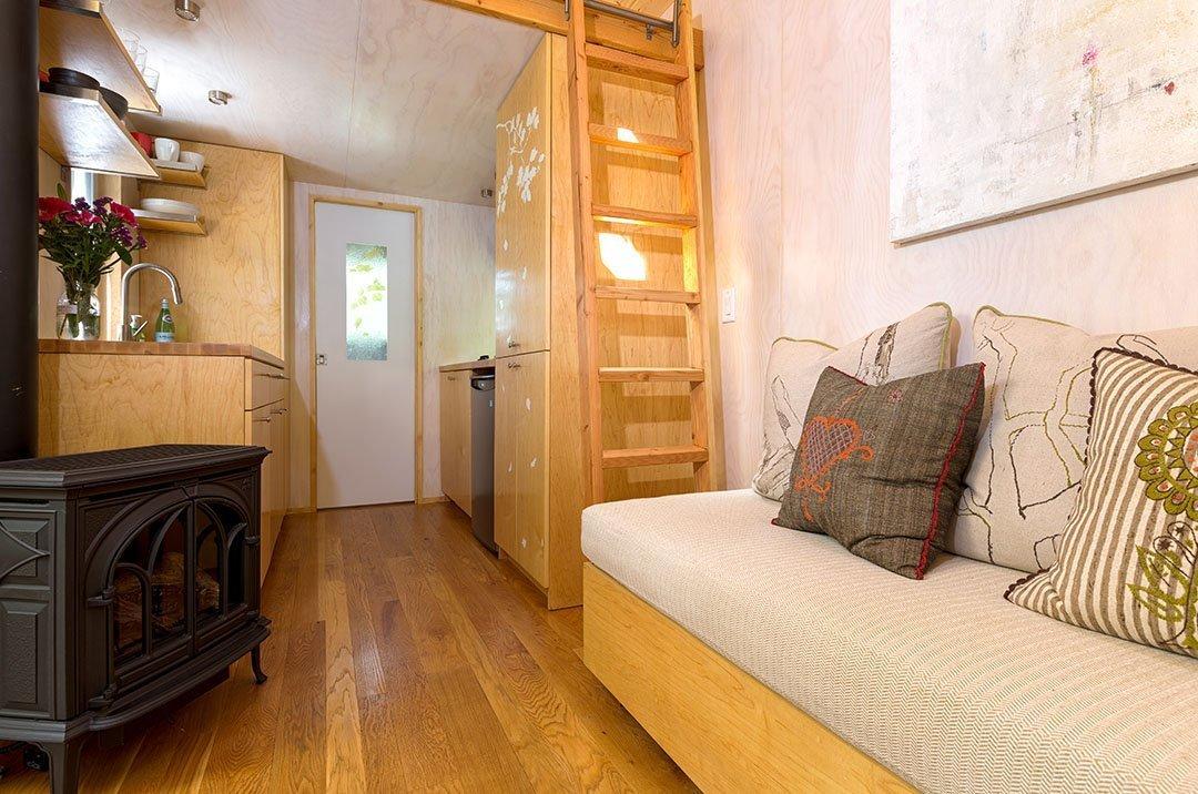 Rozhodla se postavit si dům, který je šetrný k životnímu prostředí, nezabírá mnoho místa a zároveň je v něm vše potřebné. Začalo to malým domkem, nyní vlastní firmu Sol Haus Design, která mini domy vyrábí a radí dalším lidem jak si takové bydlení zařídit.