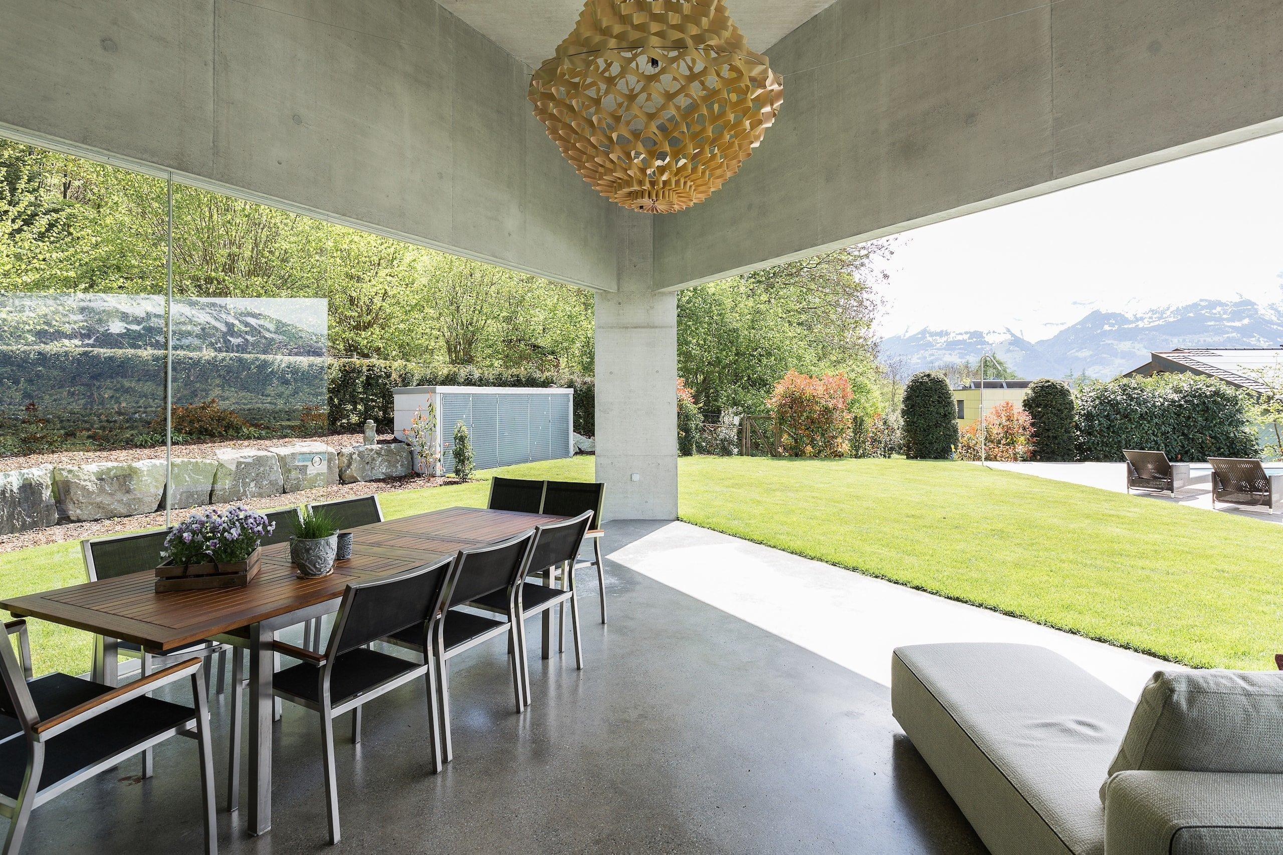 """Tento dům, nazývaný """"Triangel"""" - trojúhelník, byl navržen architektonickou firmou Ritter Schumacher a designovým studiem, které se nachází ve třech různých městech – Chur a Curych ve Švýcarsku a Vaduz v Lichtenštejnsku. Právě v této nejmenší zemi Evropy se nachází tento atypický rodinný dům, jež stojí konkrétně ve městě Nedeln. Stavba byla dokončena roku 2017 a pokrývá celkovou plochu 264 metrů čtverečních."""