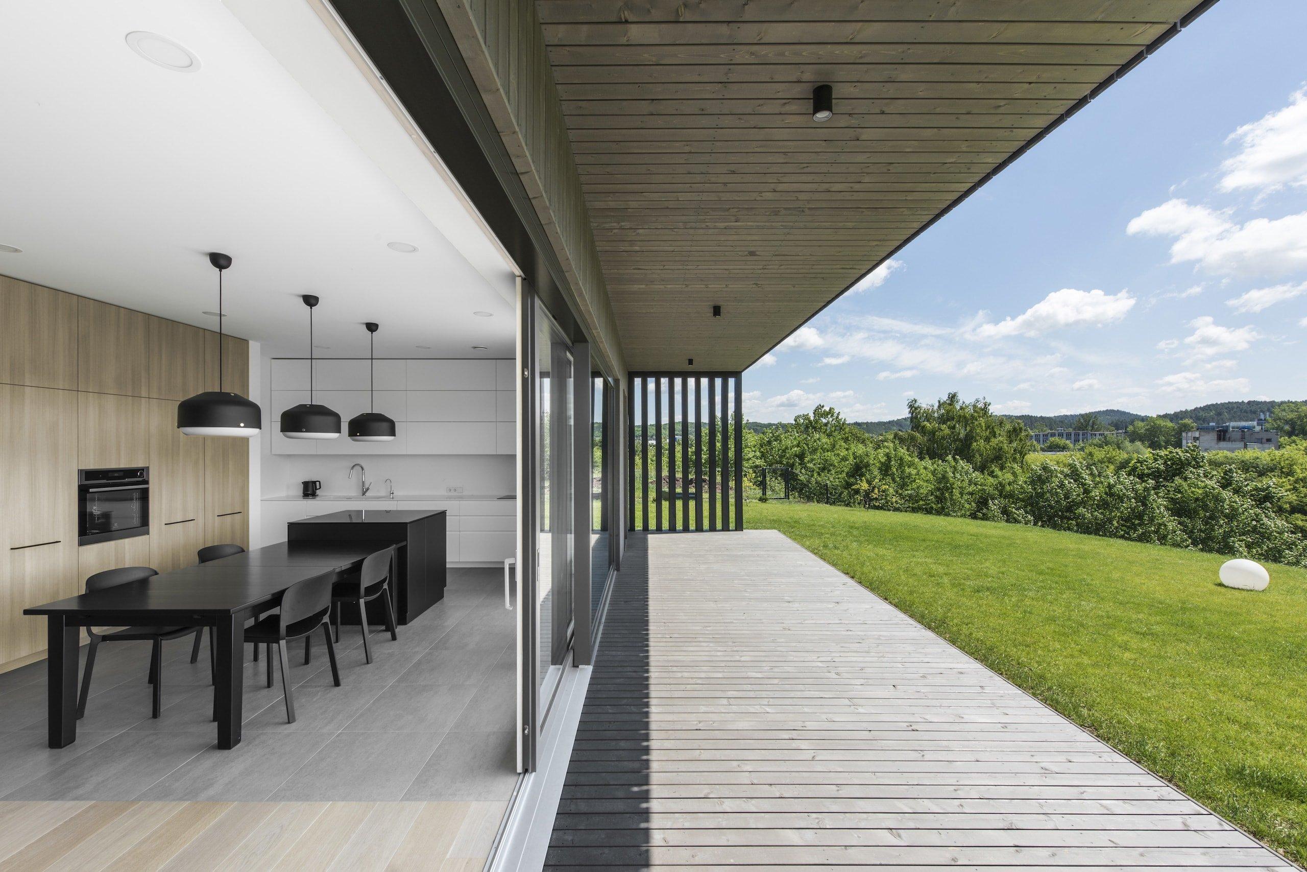 """Tento dům stojící v prestižní obytné čtvrti ve Vilniusu si díky svému vzhledu, který nám může připomínat krabici, vysloužil název """"Black box house"""". Jde o dům, jenž je pravou ukázkou toho, že i minimalismus může být velmi vkusný. Tuto moderní stavbu navrhli architekti z litevského studia PAO studio."""
