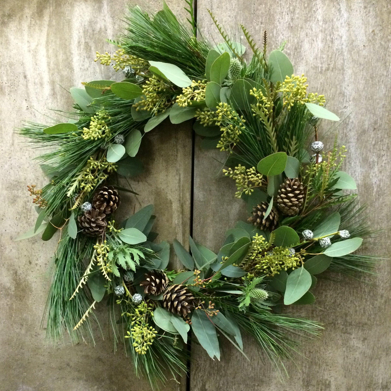 Nejen během Vánočních svátků zdobí spoustu vstupních dveří nebo vrat věnec. Stejně jako jiná ozdoba či dekorace, v nás vyvolává takový ten hřejivý útulný pocit. Tak jako truhlíky na oknech, můžeme mít výzdobu dveří v podobě věnce po celý rok. Stačí jen na jeho výrobu použít materiály a doplňky související s daným obdobím.