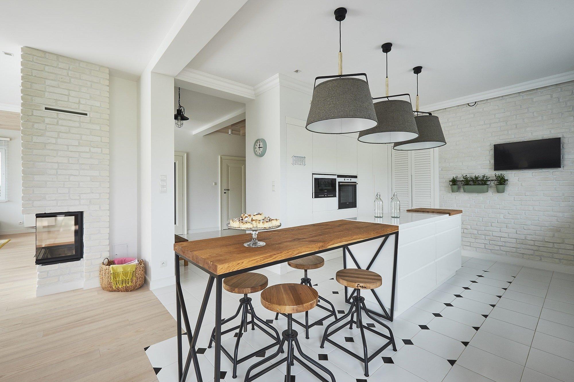 Velké otevřené prostory, masivní dřevo, krb, obnažené cihly natřené na bílo a tyrkysové detaily, to vše skrývá interiér rodinného domu, na severovýchodě Polska, v místě zvaném Mazury. Pojďme dům prozkoumat zblízka, stojí totiž opravdu za to.