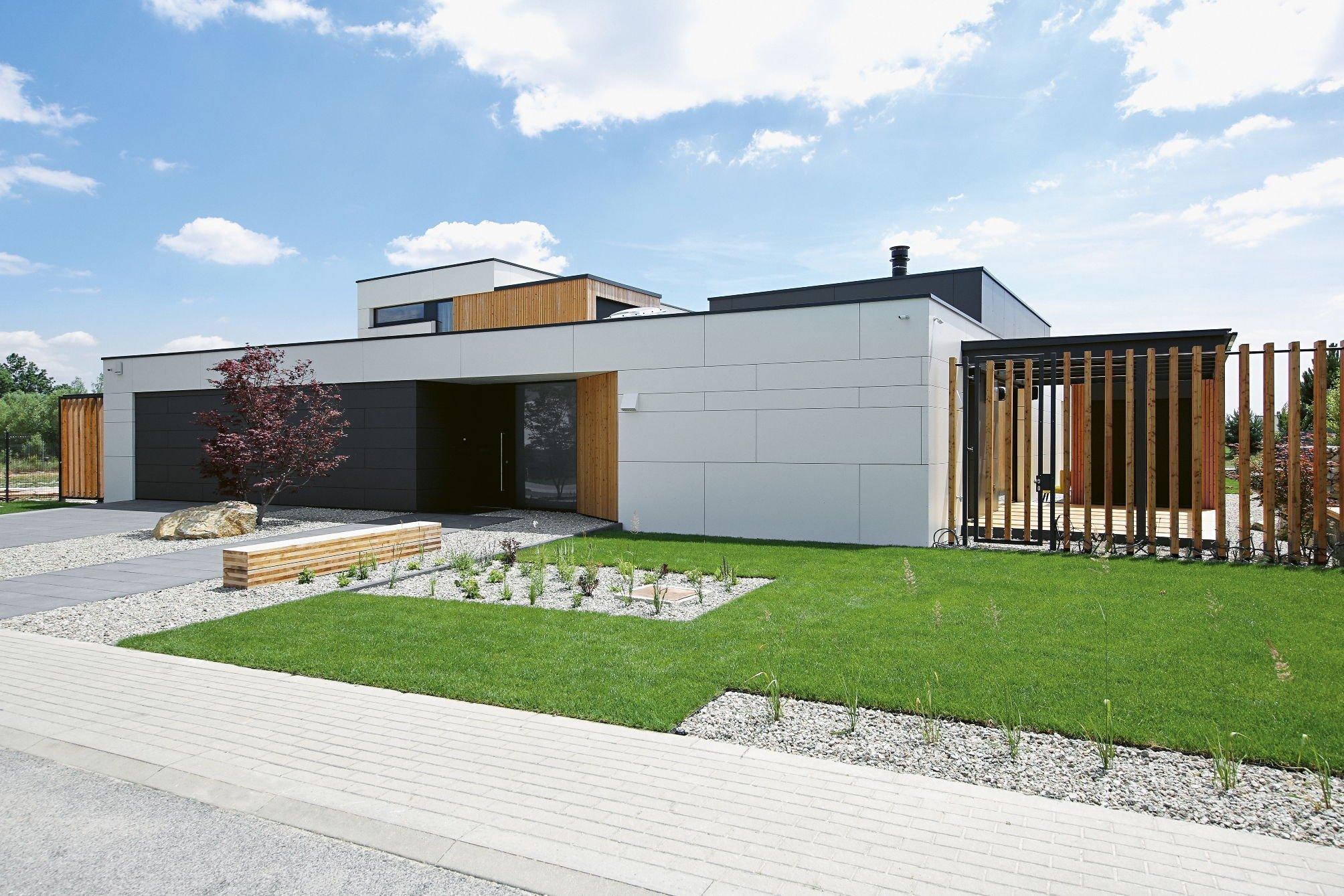 Rodinný dům s výhledem na golfové hřiště zaujme na první pohled svou střídmostí vnějšího architektonického výrazu, zároveň však dává tušit preciznost a luxus celého konceptu. Ačkoliv se na první pohled odlišuje od ostatních domů v okolí, současně své okolí i charakter rozvolněné zástavby respektuje.