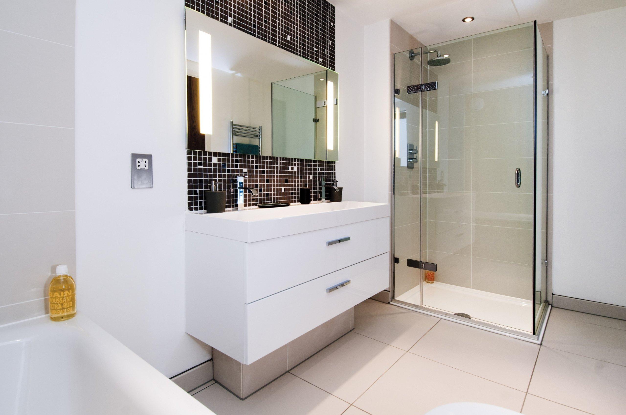 Nový dům v řadové zástavbě má užitnou plochu příjemných 279 m2, které jsou rozděleny do přízemí a tří nadzemních podlaží. Majitelé se rozhodli koupit nemovitost v půvabné části severního Londýna - Crouch End, kde je těší výhled na historickou budovu Alexandra Palace. Interiér bravurně zvládli designéři ze studia LLI Design.