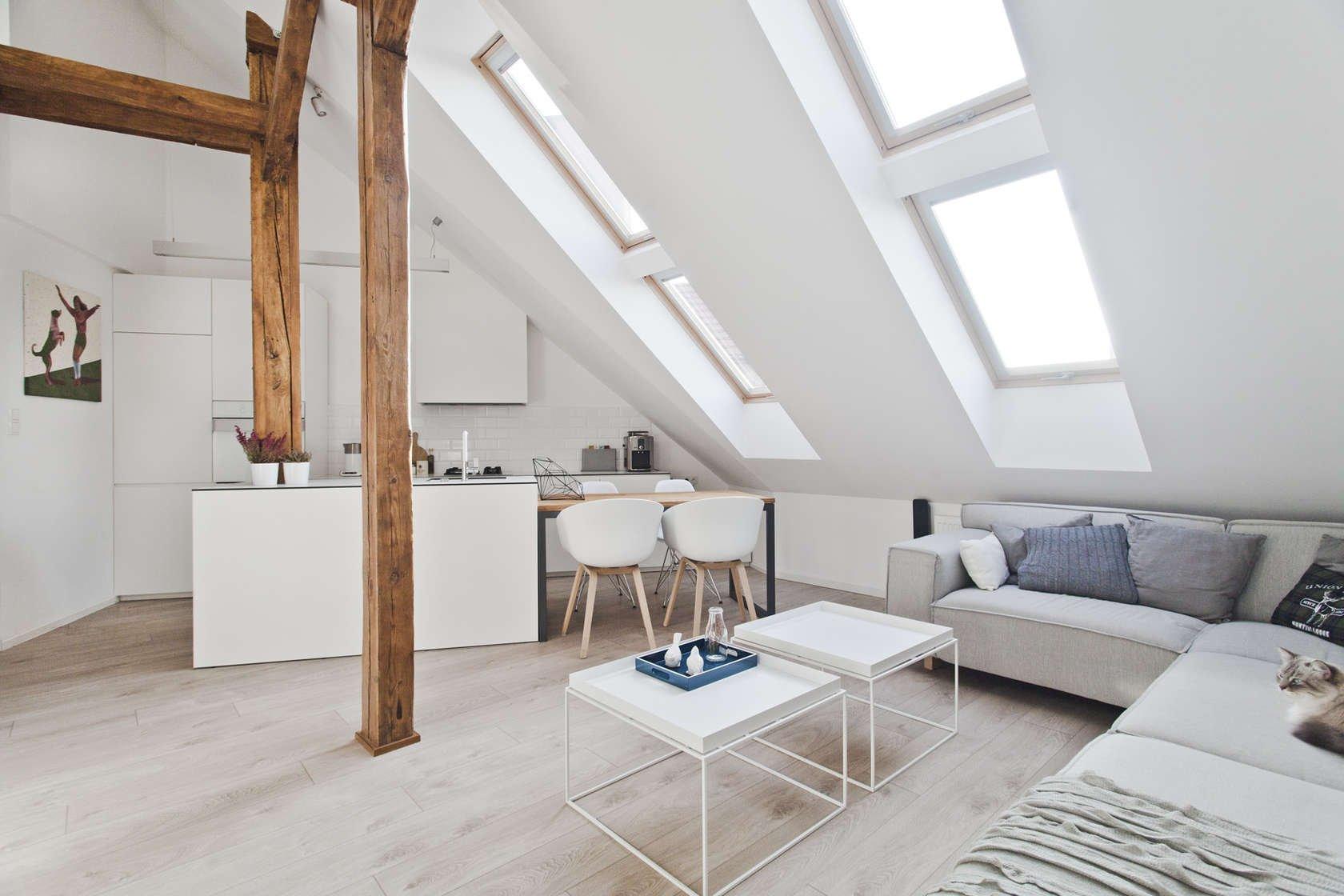 Interiér je zdařilým příkladem toho, jak se z nevyužitého podkrovního prostoru dá vybudovat luxusní mezonet pro příjemný městský život. Mladí architekti předvedli skutečně skvělou práci při rekonstrukci starého podkroví, nacházejícího se v polském městě Gliwice. Autory projektu jsou designeři architektonického studia Superpozycja Architekci