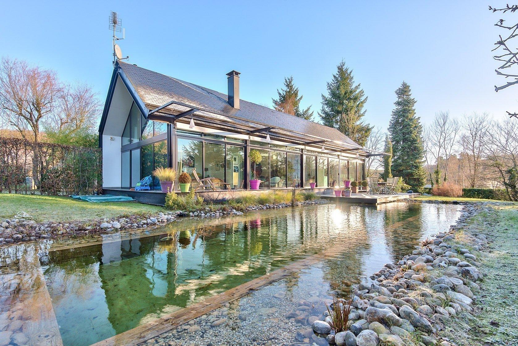 Prosklený dům s biotopem