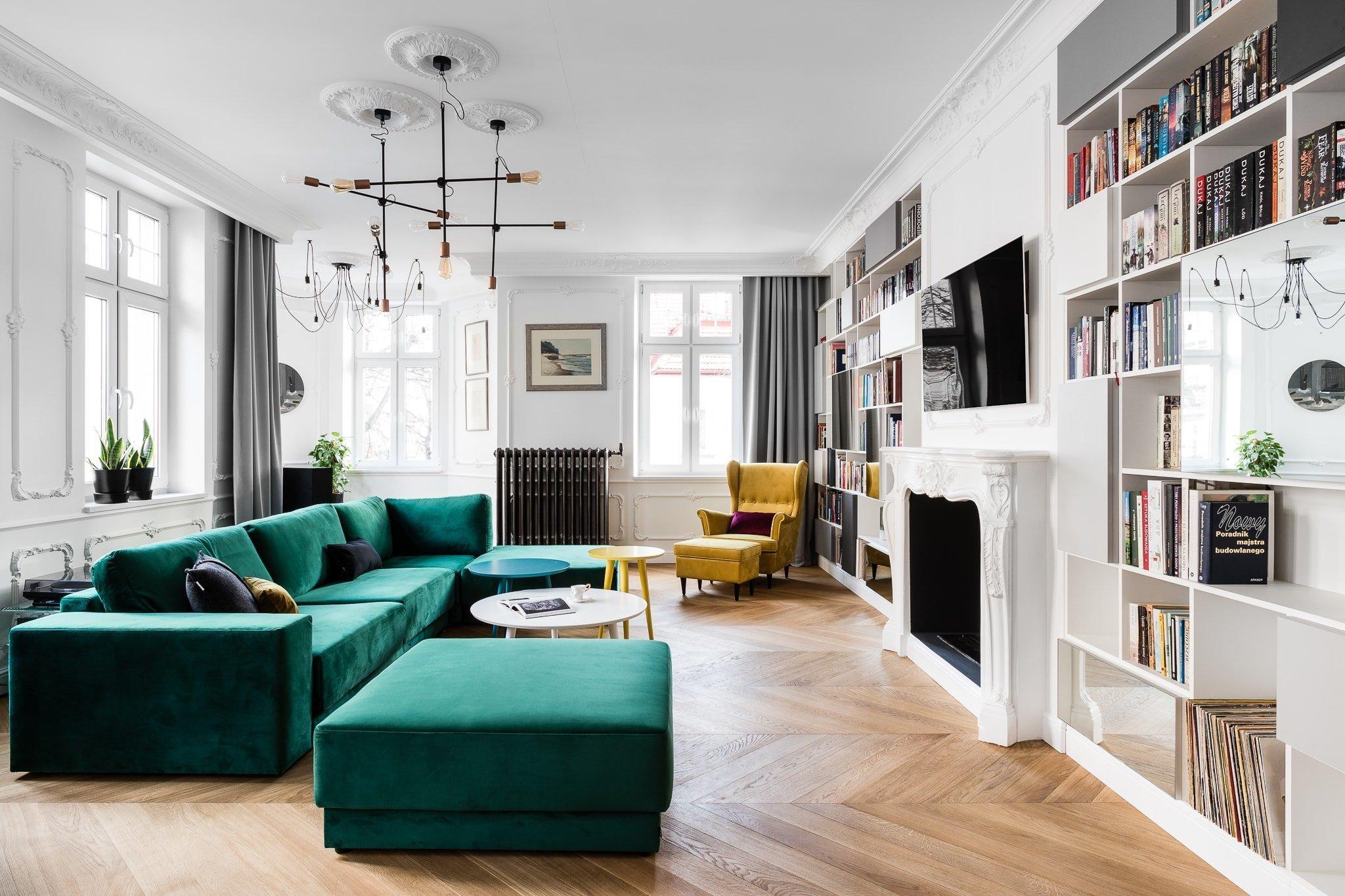 Tento elegantní byt v činžovním domě v Gdaňsku je skvělým příkladem toho, jak vkusně kombinovat různé styly a protikladné materiály. Užití dřevěných podlah společně s cihlovými obklady umně kontrastuje s bíle řešenou kuchyní a bílými zdmi na chodbě, které rozsvěcují moderní obrazy ve výrazných barvách.