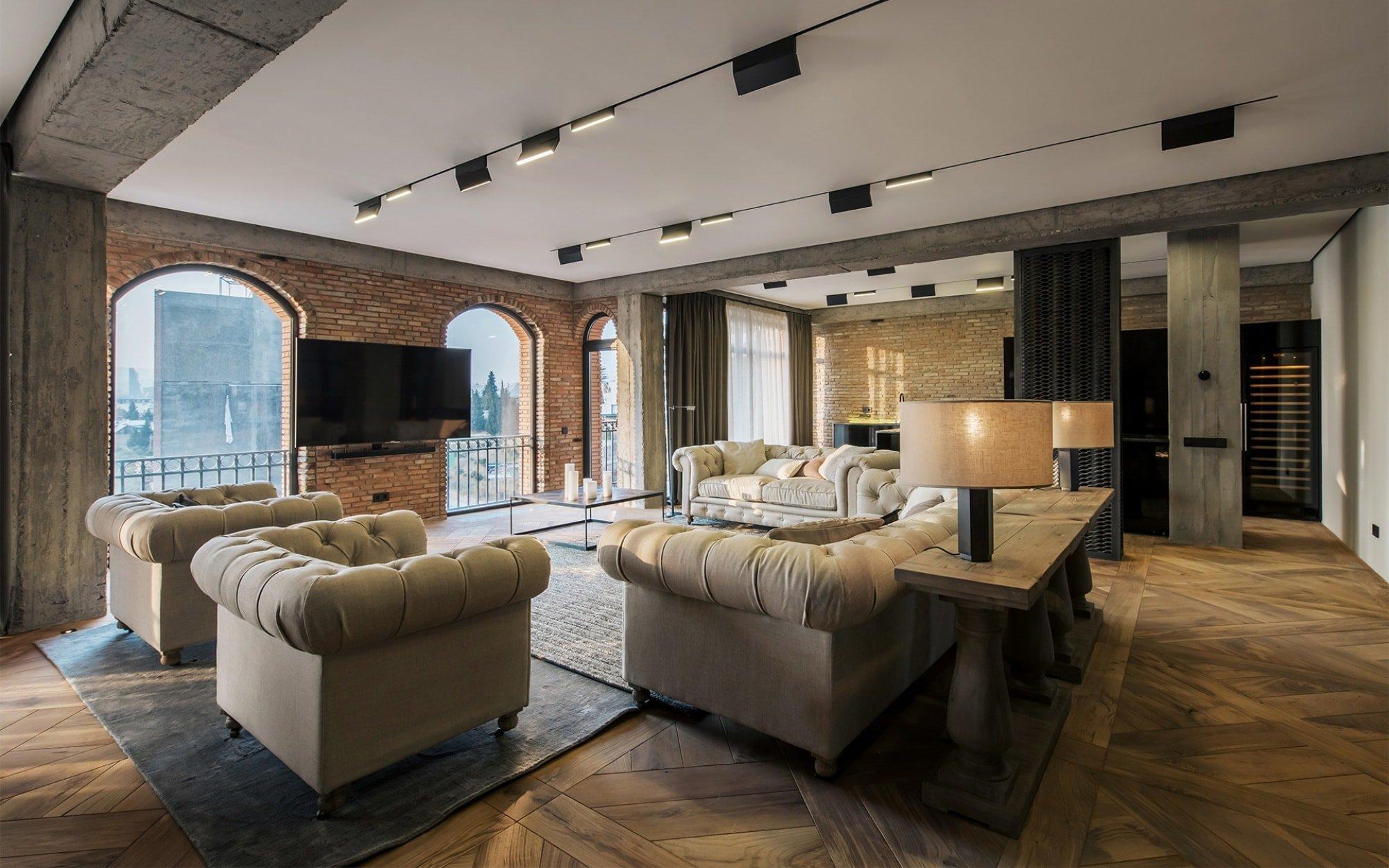 Tbilisi je nádherné město obklopené horami a s výhledem na řeku Kura. Místní prostředí a jeho povaha architekty silně ovlivňovala při vytváření tohoto interiéru, kde použili prvky související s rustikálním stylem. Právě tento styl je v posledních letech velmi populární, jelikož v sobě kombinuje dvě námi oblíbené věci: jednoduchost venkovského šarmu a moderní estetické cítění.