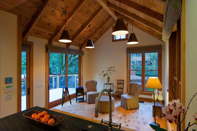 Díky tomu, že není interiér zatížený velkými kusy nábytku působí svěžím dojmem.