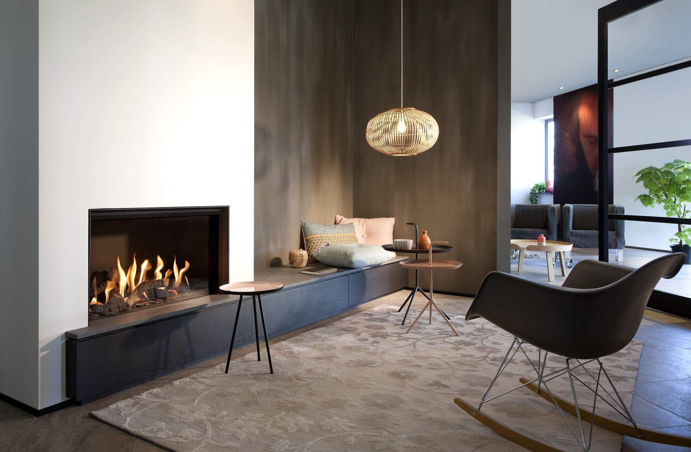 Odpočinek v příjemně vytopené místnosti, jejímž centrem je romanticky hořící krb, už nemusí být pro obyvatele bytů pouhým snem. S moderním biokrbem získáte nadčasové doplňkové topivo, ale také moderní kamna povýšená na opravdovou designovou záležitost.