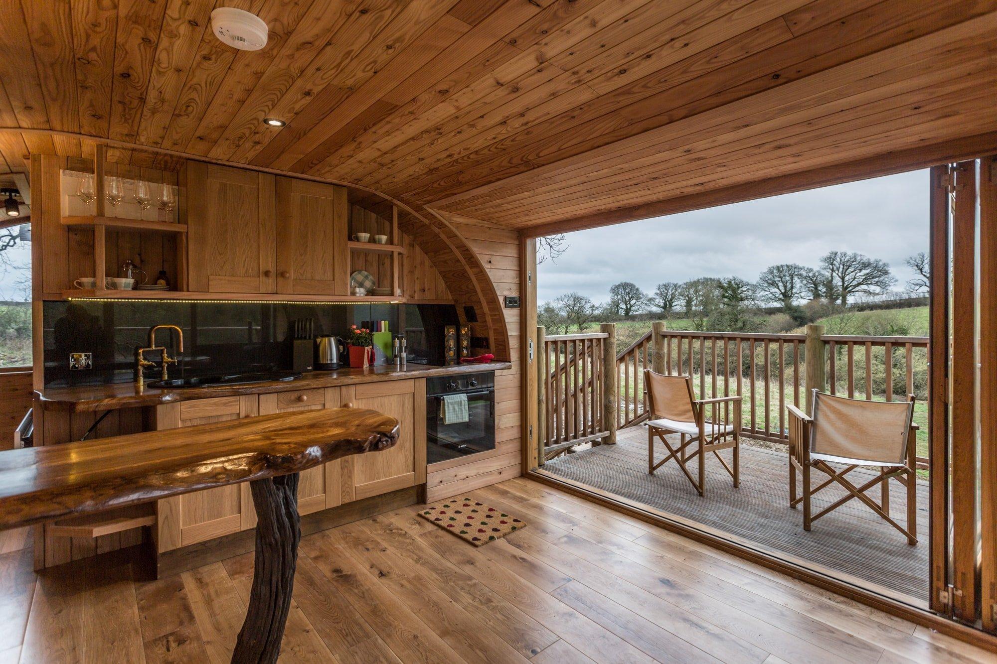 """Stromové domy se v posledních letech těší stále větší popularitě. Kromě mnoha stromových """"hotelů"""" se ale nachází stále více lidí, kteří si takovéto originální bydlení přejí zapojit i do svého běžného života. Stejné přání měli i majitelé tohoto stromového domu v Anglii. Umíte si představit, žít v něčem takovém?"""