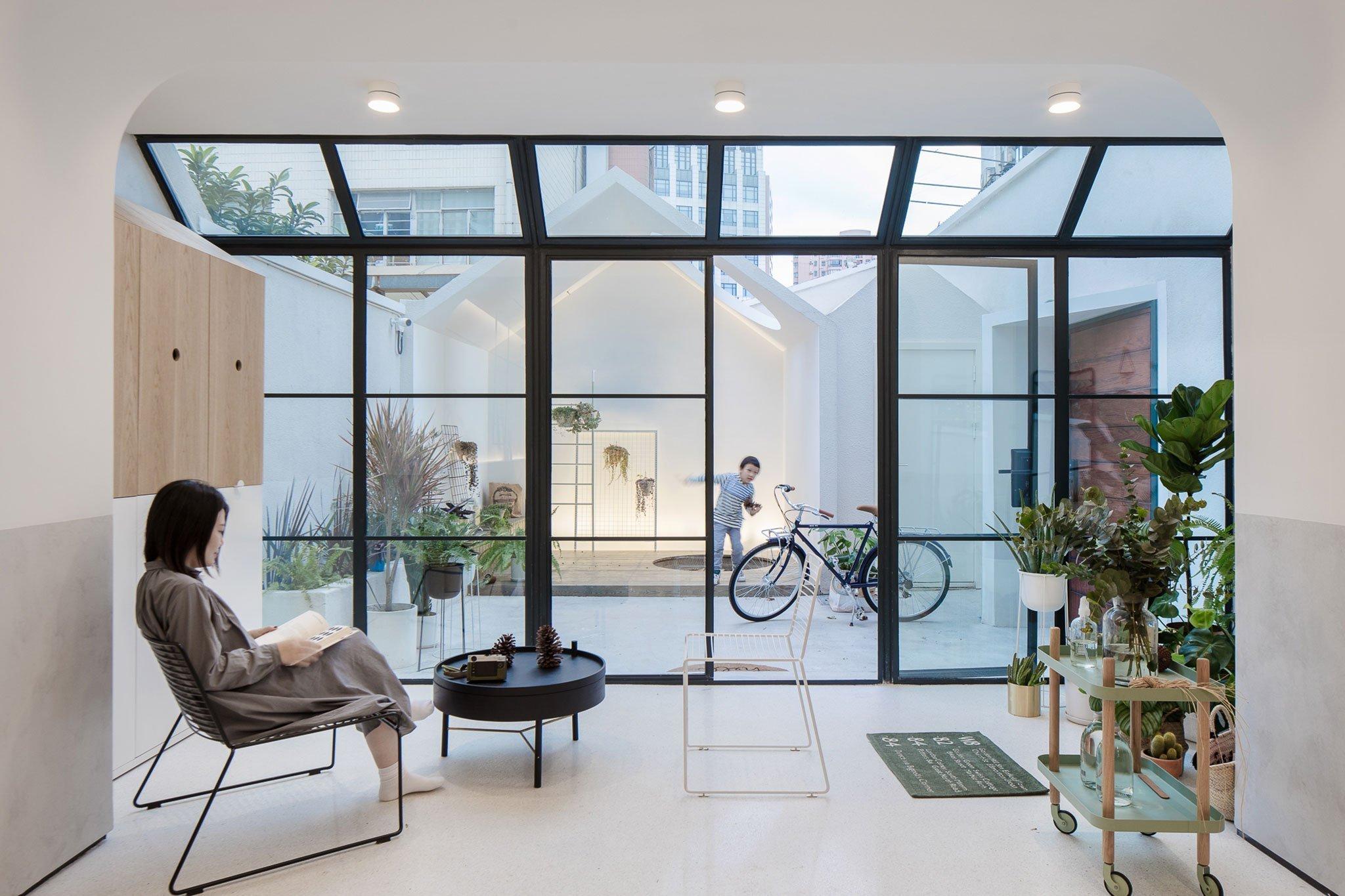 V nejlidnatějším městě Číny žije bezmála 27 milionů obyvatel. Pokud si myslíte, že je téměř nemožné, postavit zde krásný dům, opak je pravdou. Architekti ze studia RIGI Design se zde pustili do rekonstrukce třípatrového domu. Úkolem bylo vytvořit prosvětlený, moderní dům s promyšleným designem a několika hravými prvky. Navíc je zcela originální – díky modulárním prvkům.